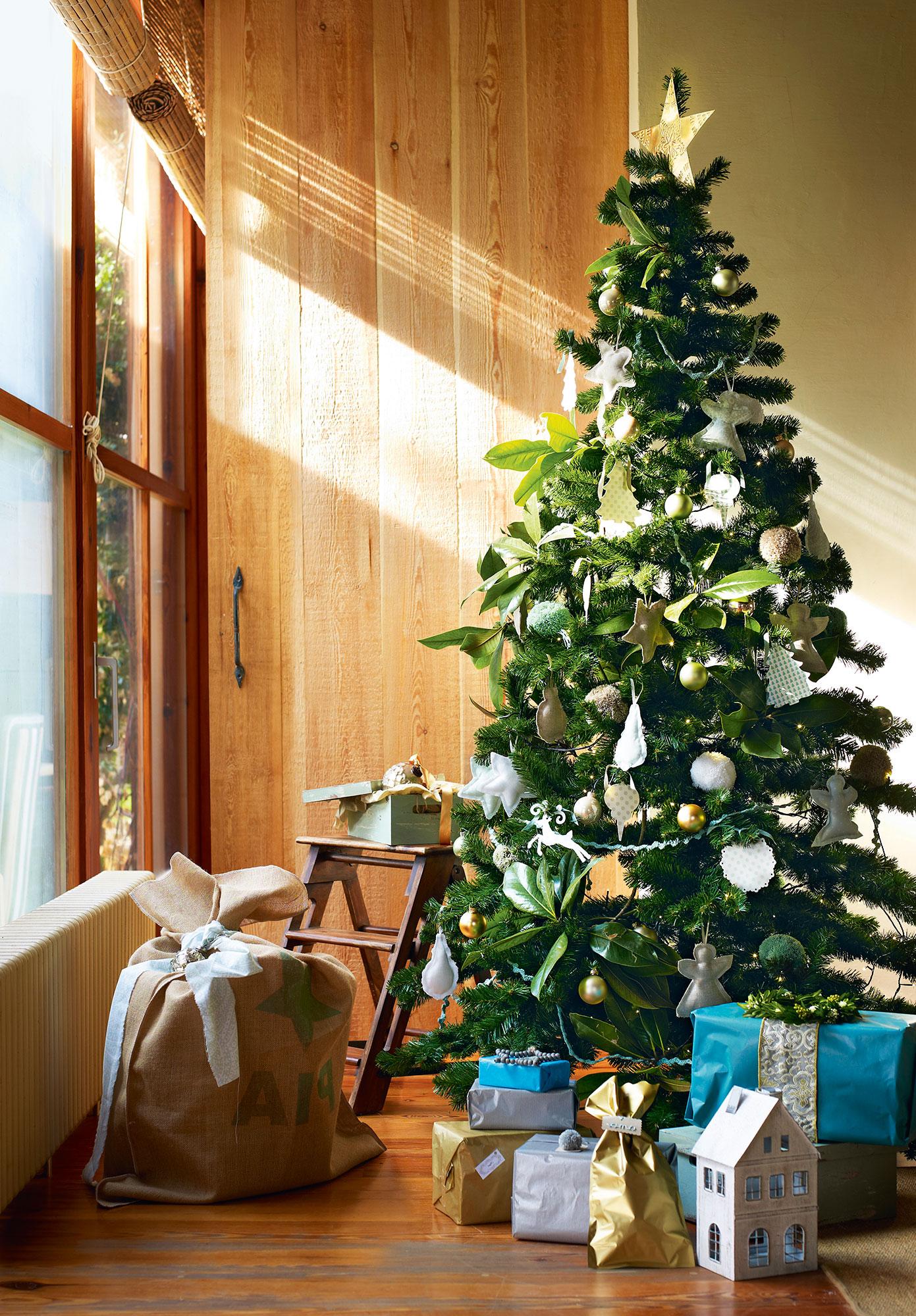 15 ideas para decorar de navidad un piso peque o - Arbol de navidad dorado ...