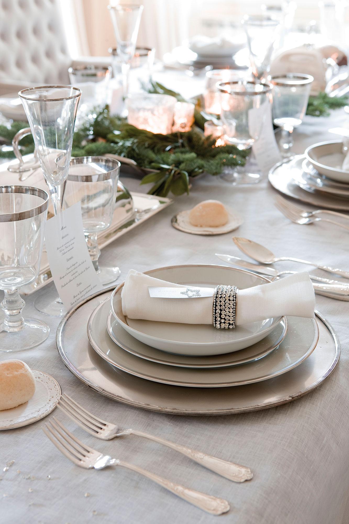 Detalles e ideas en plata para decorar tu casa esta navidad for Mesas decoradas para navidad