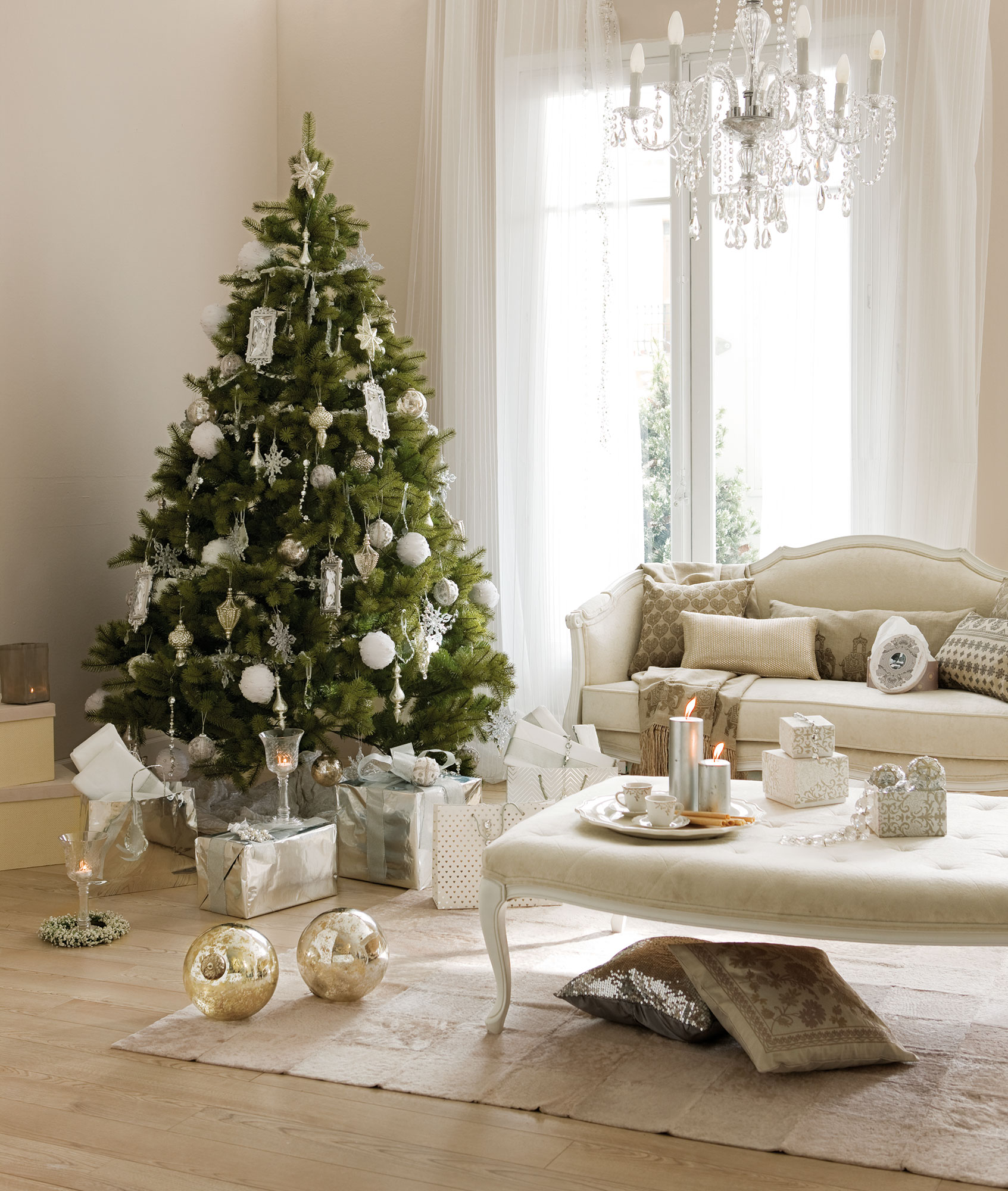 Detalles e ideas en plata para decorar tu casa esta navidad - Arbol navideno blanco decorado ...