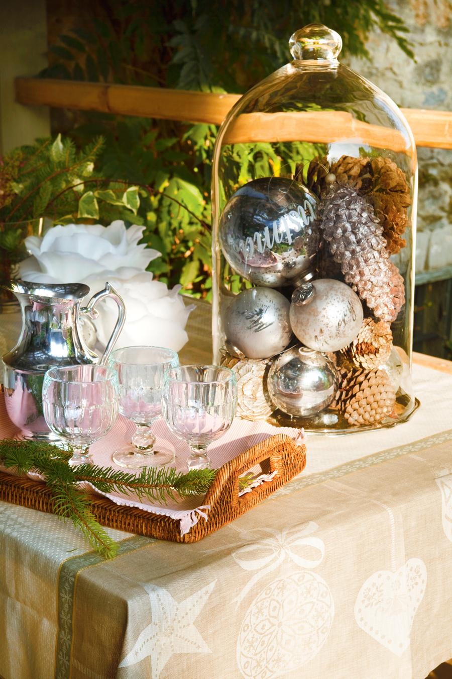 00331022. Mesa con campana de cristal con bolas de Navidad y piñas, bandeja de fibras con juego de café (331022)