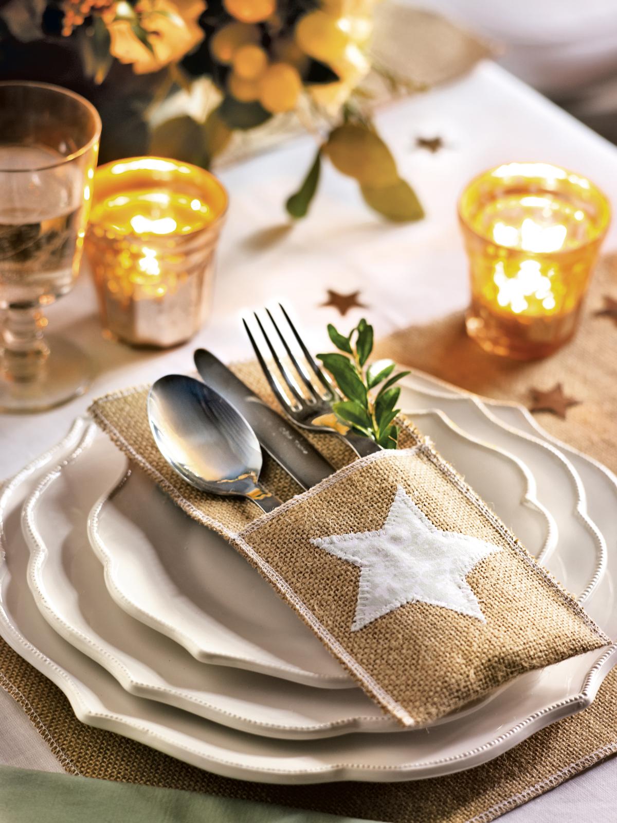 00374232. Servicio de mesa de Navidad con una funda en tela de saco y estrella de tela blanca para los cubiertos (374232)