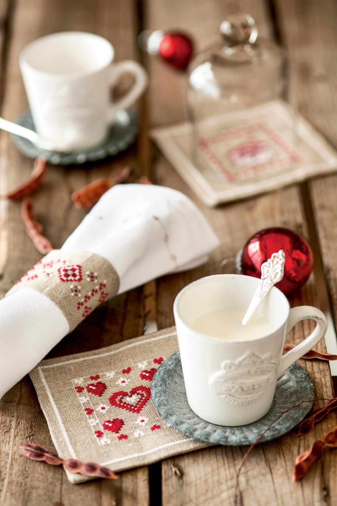 00390767. Taza de café con posavasos y servilletero decorado a punto de cruz (390767)