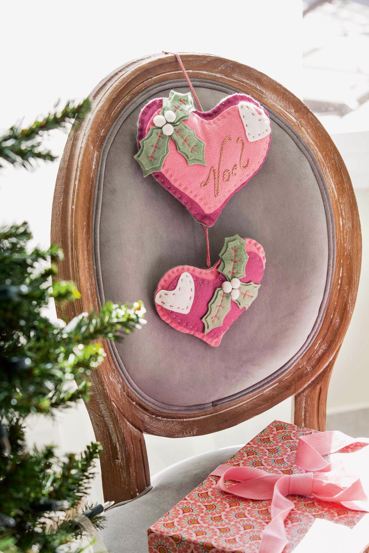 00415351. Detalles de fieltro para decorar sillas en Navidad. Corazones rosas (415351)