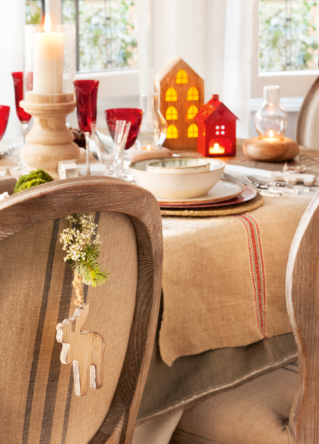 00418561. Mesa de Navidad con mantel de lino, copas rojas y farolillos (418561)