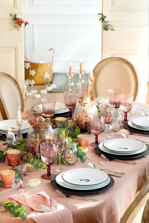 00418689. Mesa de Navidad en rosa, copas rosadas, lágrimas de cristal, vajilla en blanco y gris (418689)