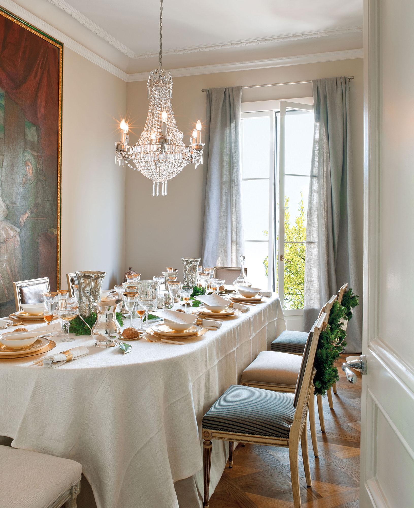 Comedor clásico con la mesa vestida de Navidad