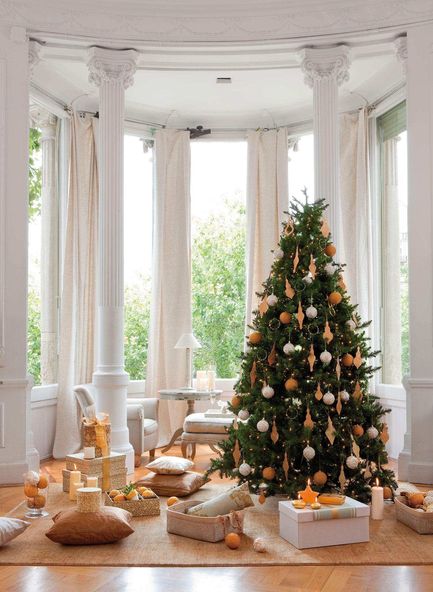 Árbol de Navidad con adornos dorados y plateados