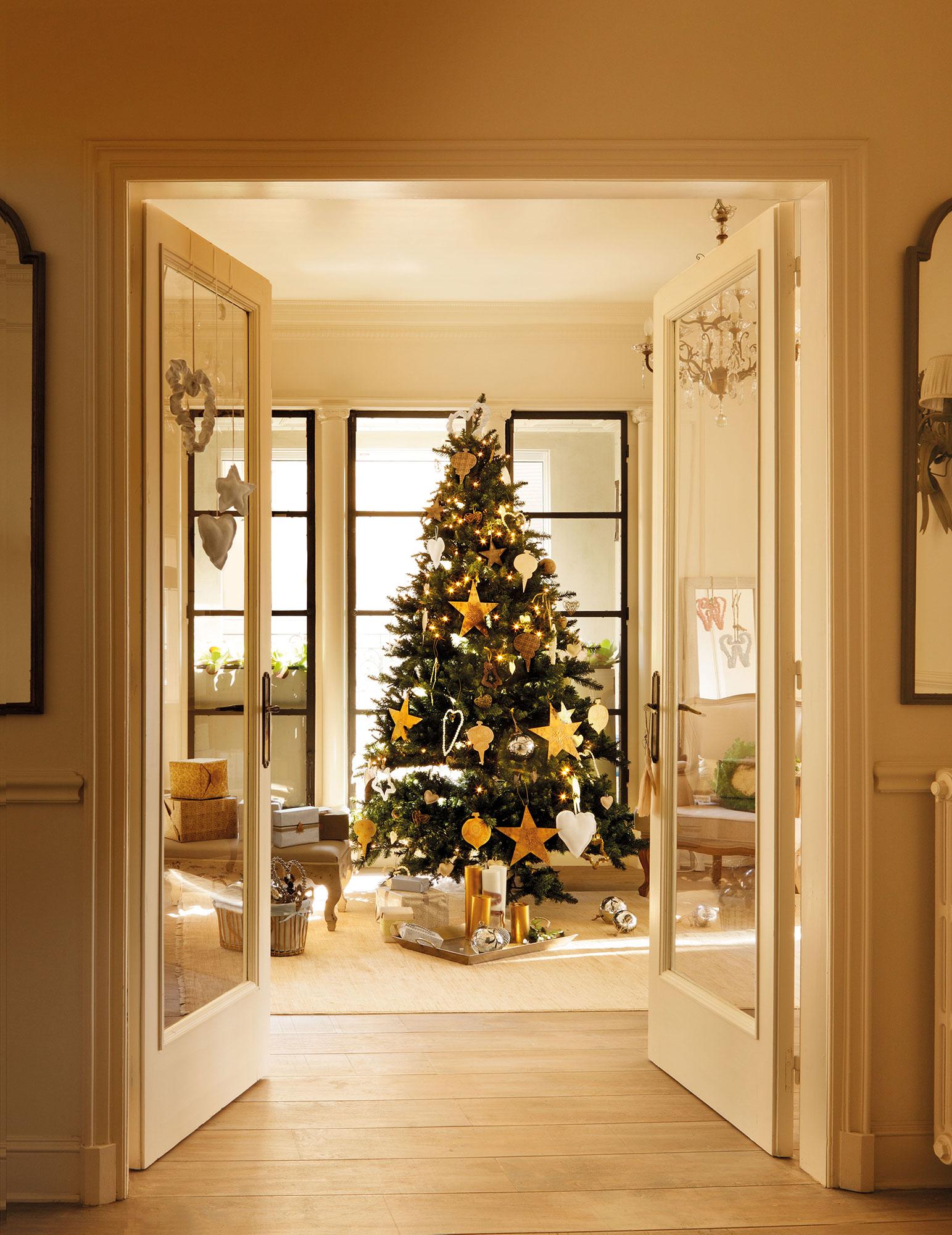 Árbol de Navidad con adornos dorados