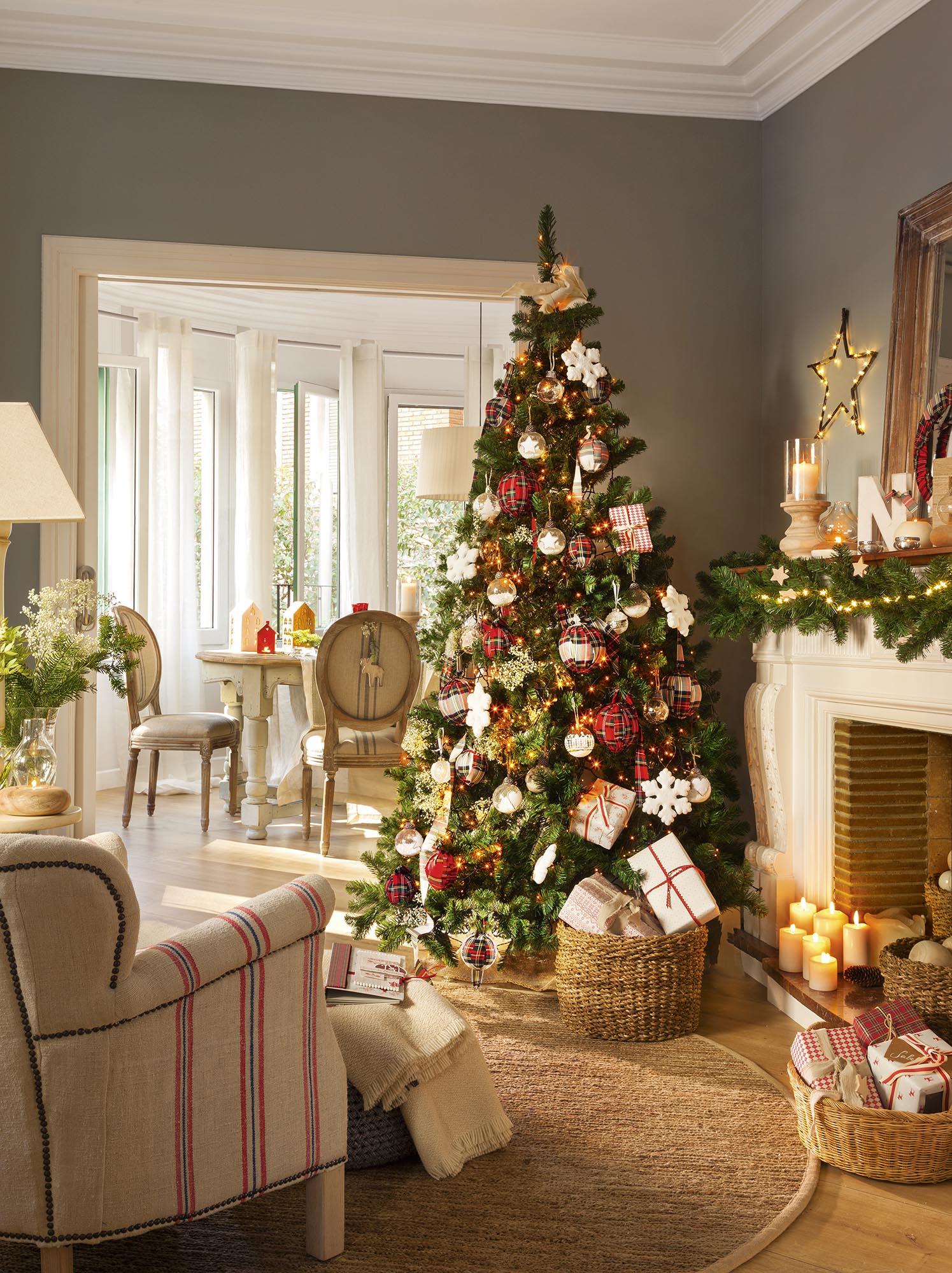 Árbol de Navidad con adornos rojos, verdes y blancos