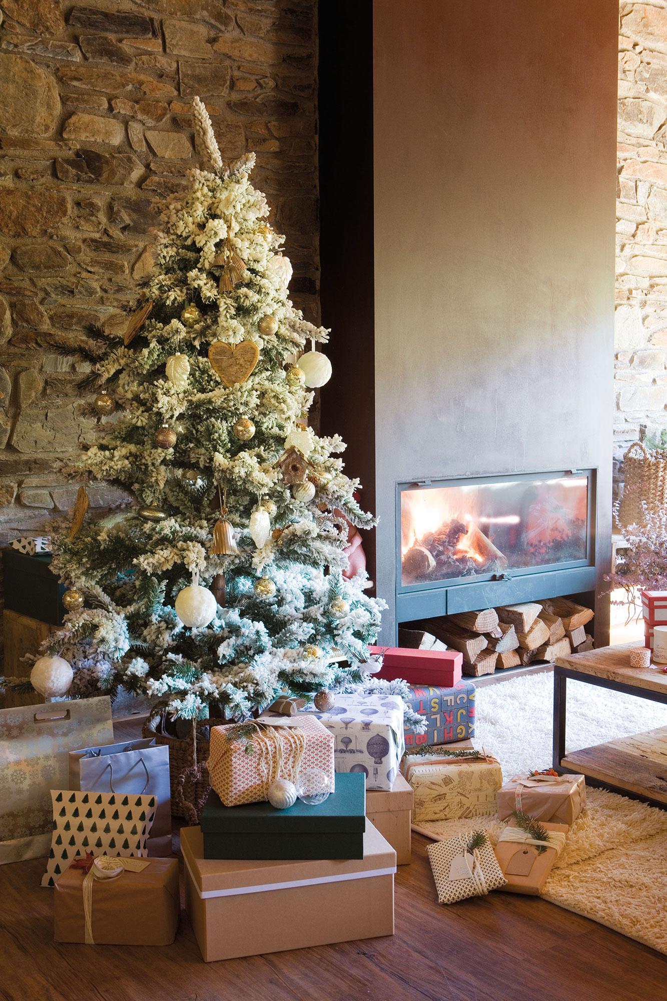 Árbol de Navidad con efecto nevado con adornos naturales
