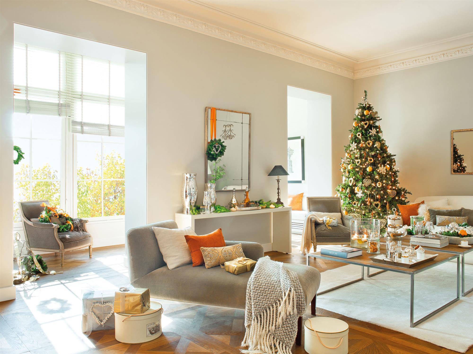 Salón con árbol de Navidad en dorado y ámbar
