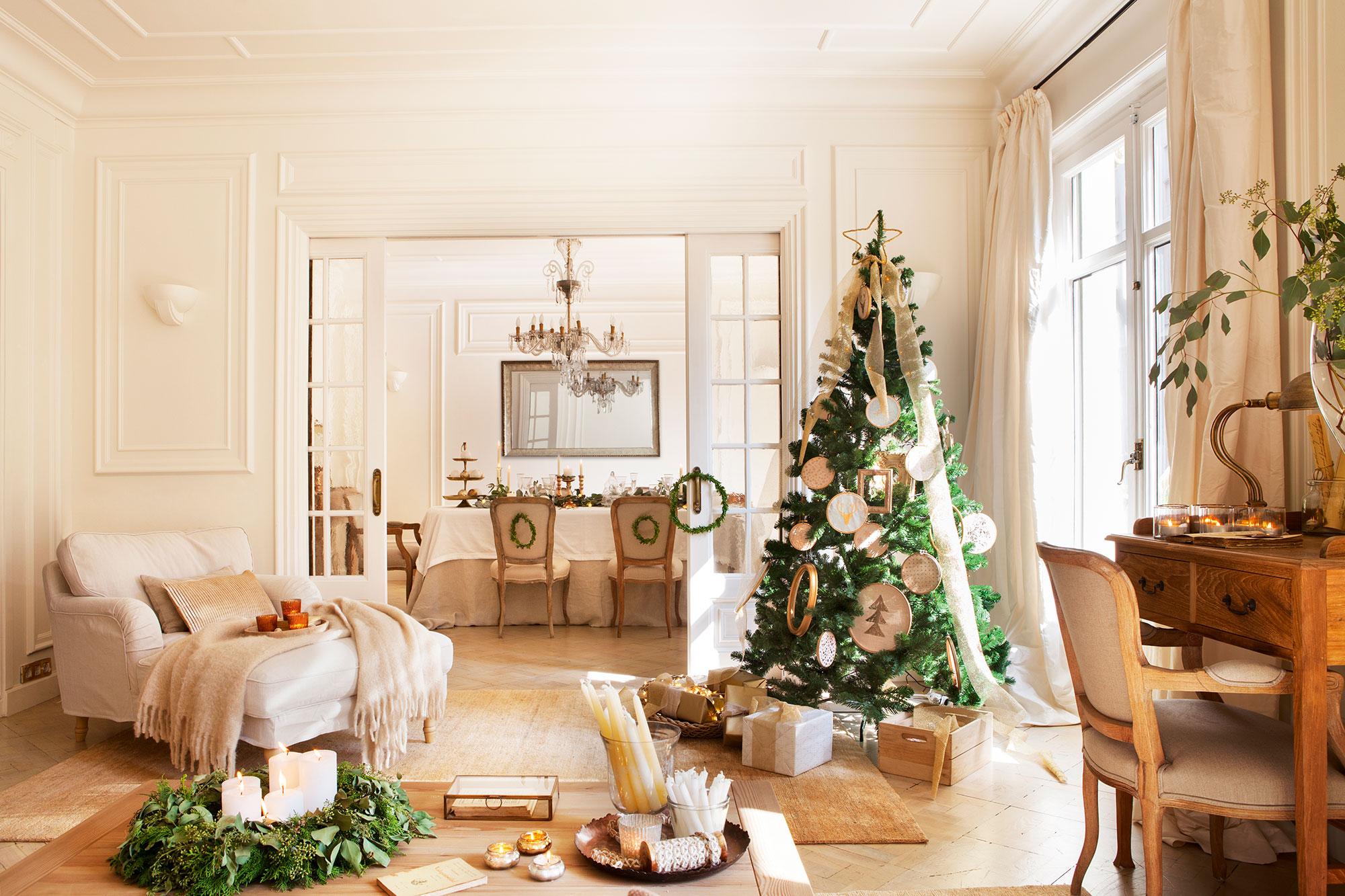 Salón con vistas al comedor decorado de Navidad con árbol con adornos en blanco y dorado