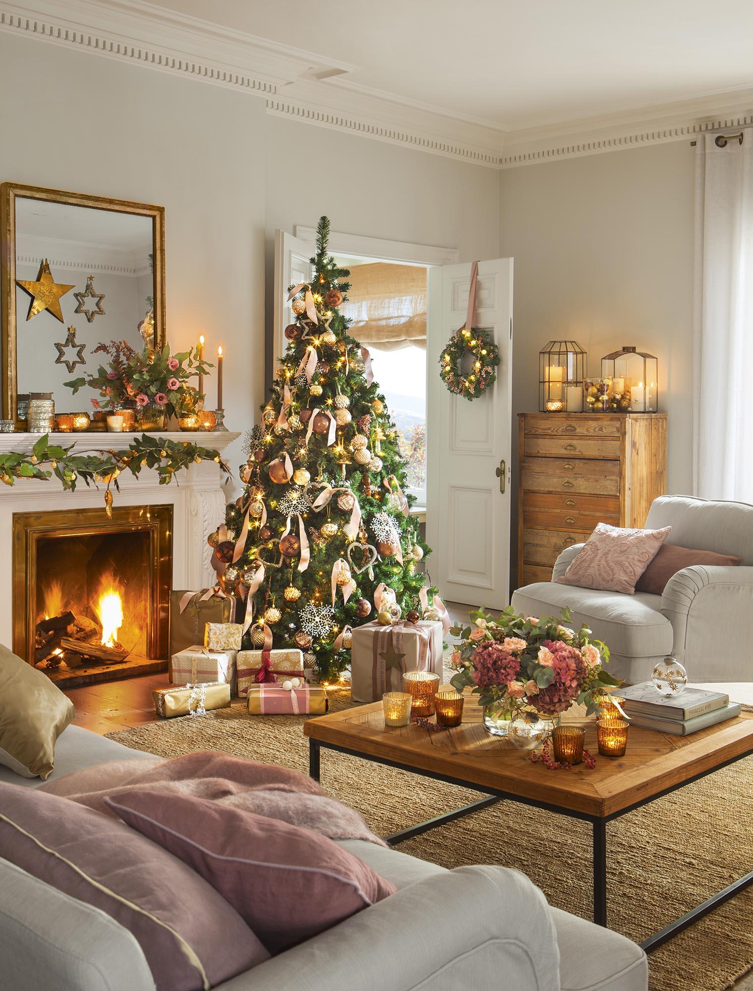 saln decorado de navidad con rbol con detalles dorados y rosas - Decoracion Arboles De Navidad