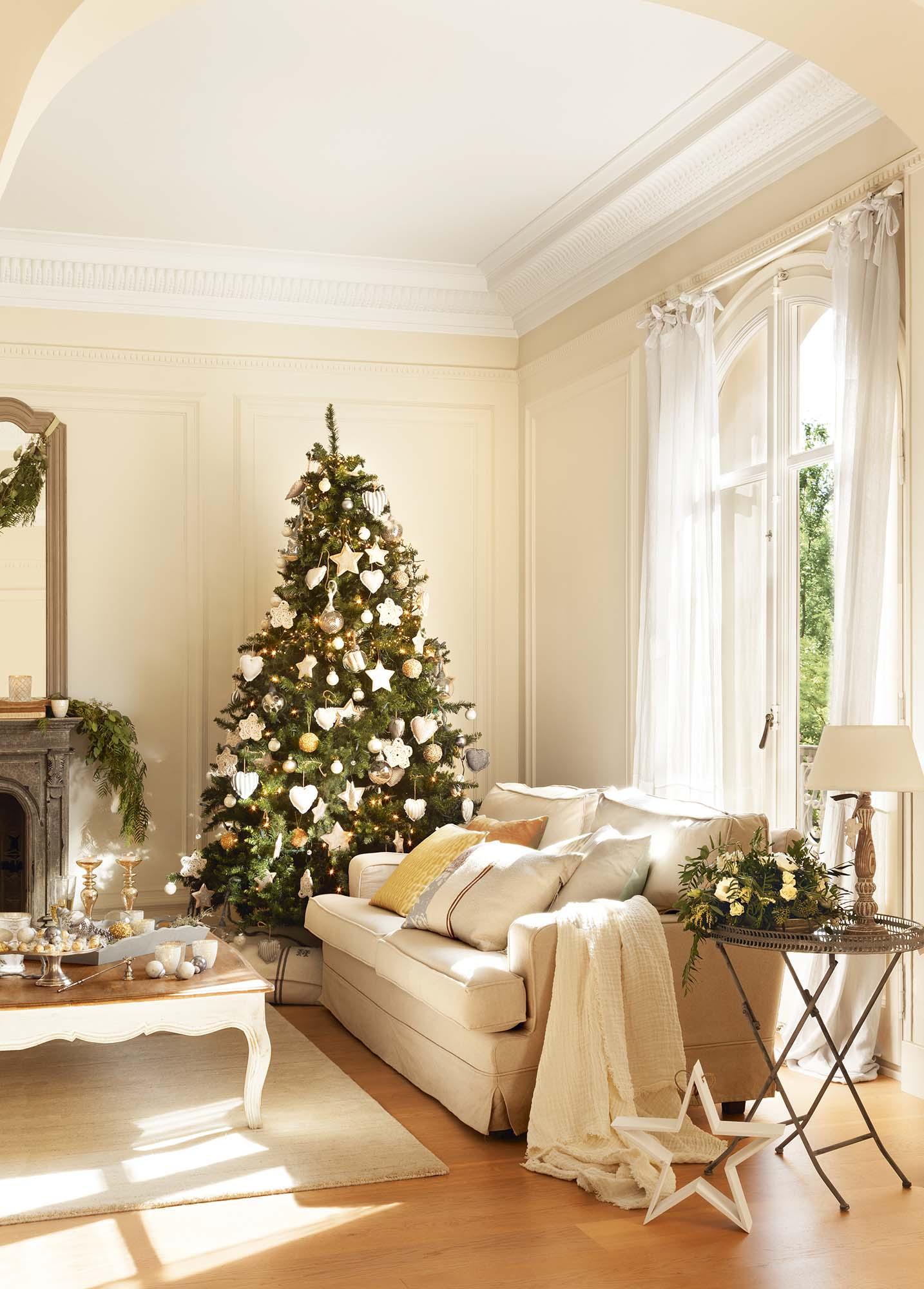 Salón decoreado con árbol con estrellas, corazones y bolas