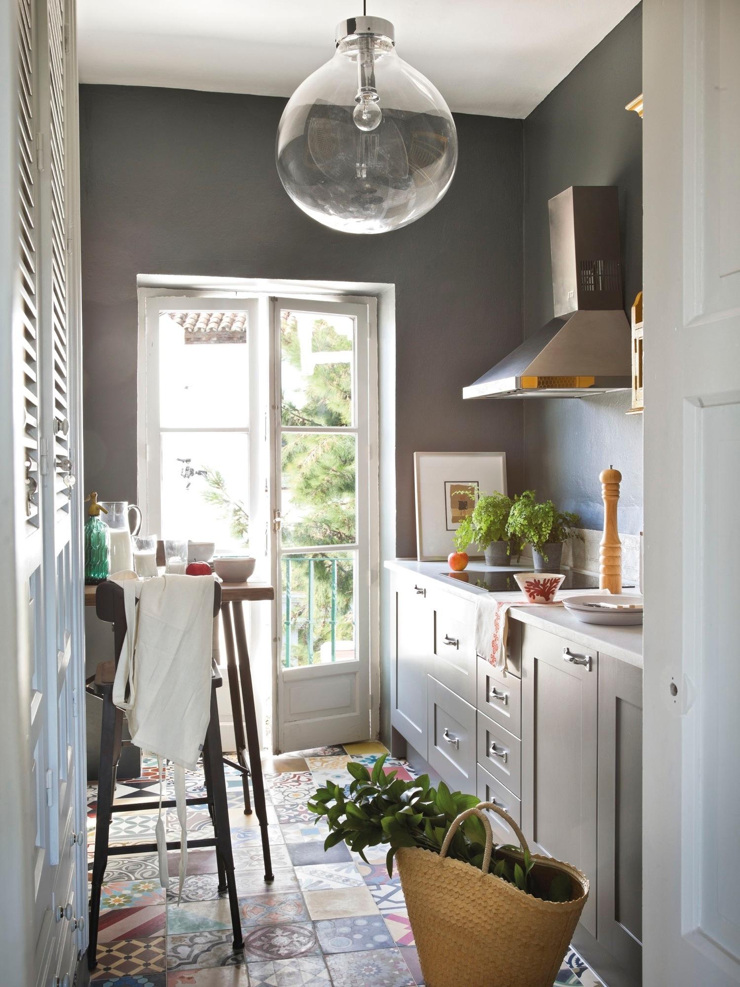 cocina pequea con suelo hidrulico y paredes pintadas de color gris oscuro