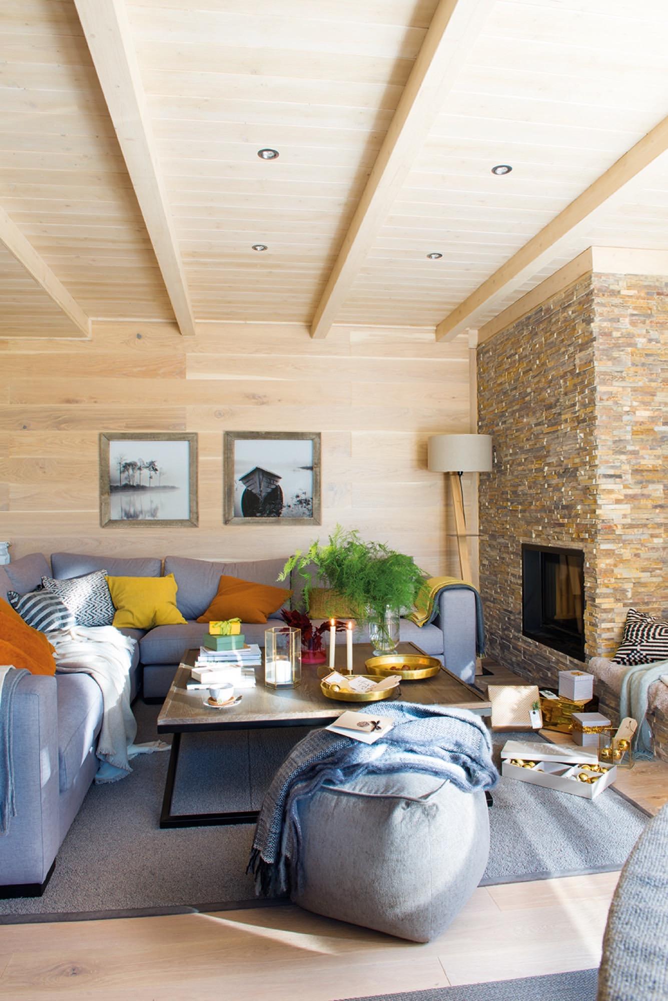 Una casa en baqueira de estilo n rdico en madera y blanco - Poner chimenea en casa ...