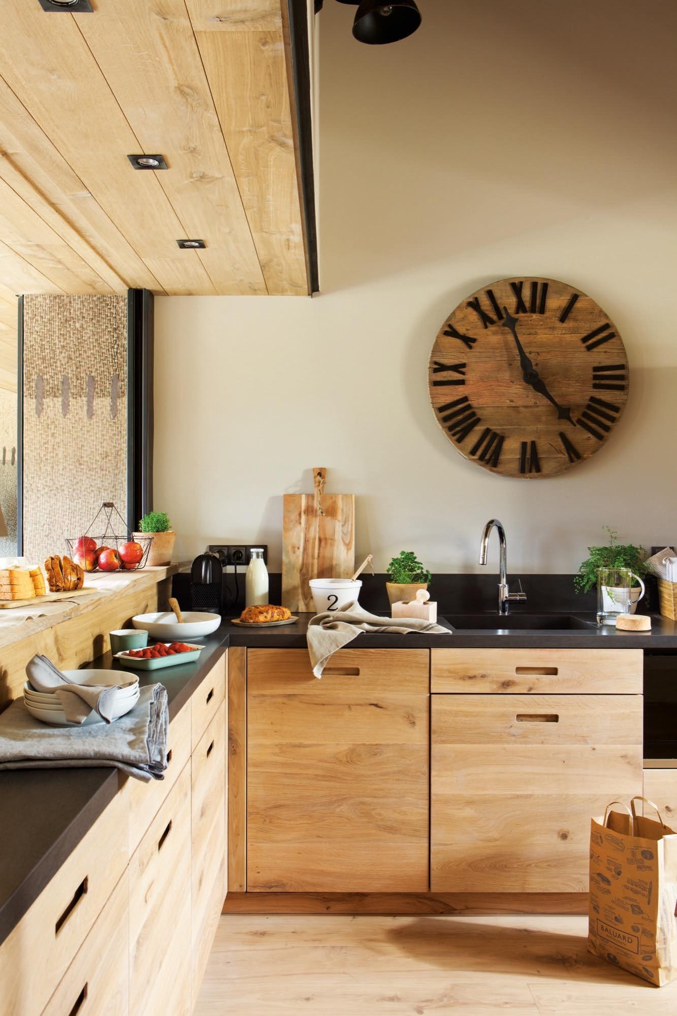 Una casa de monta a c lida acogedora y muy abrigada en la for Modelos de bar en madera rustica