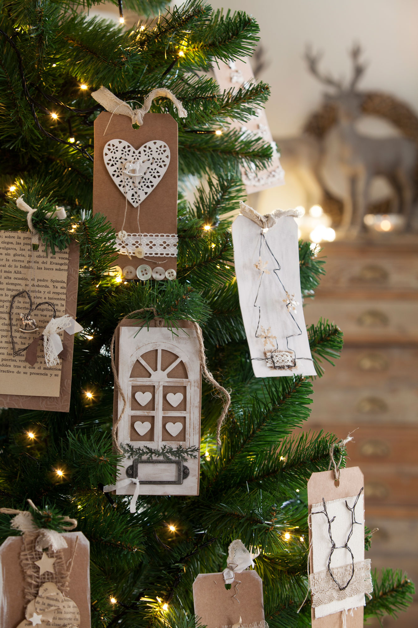 00394992 Ob. Detalle de árbol de Navidad adornado con etiquetas