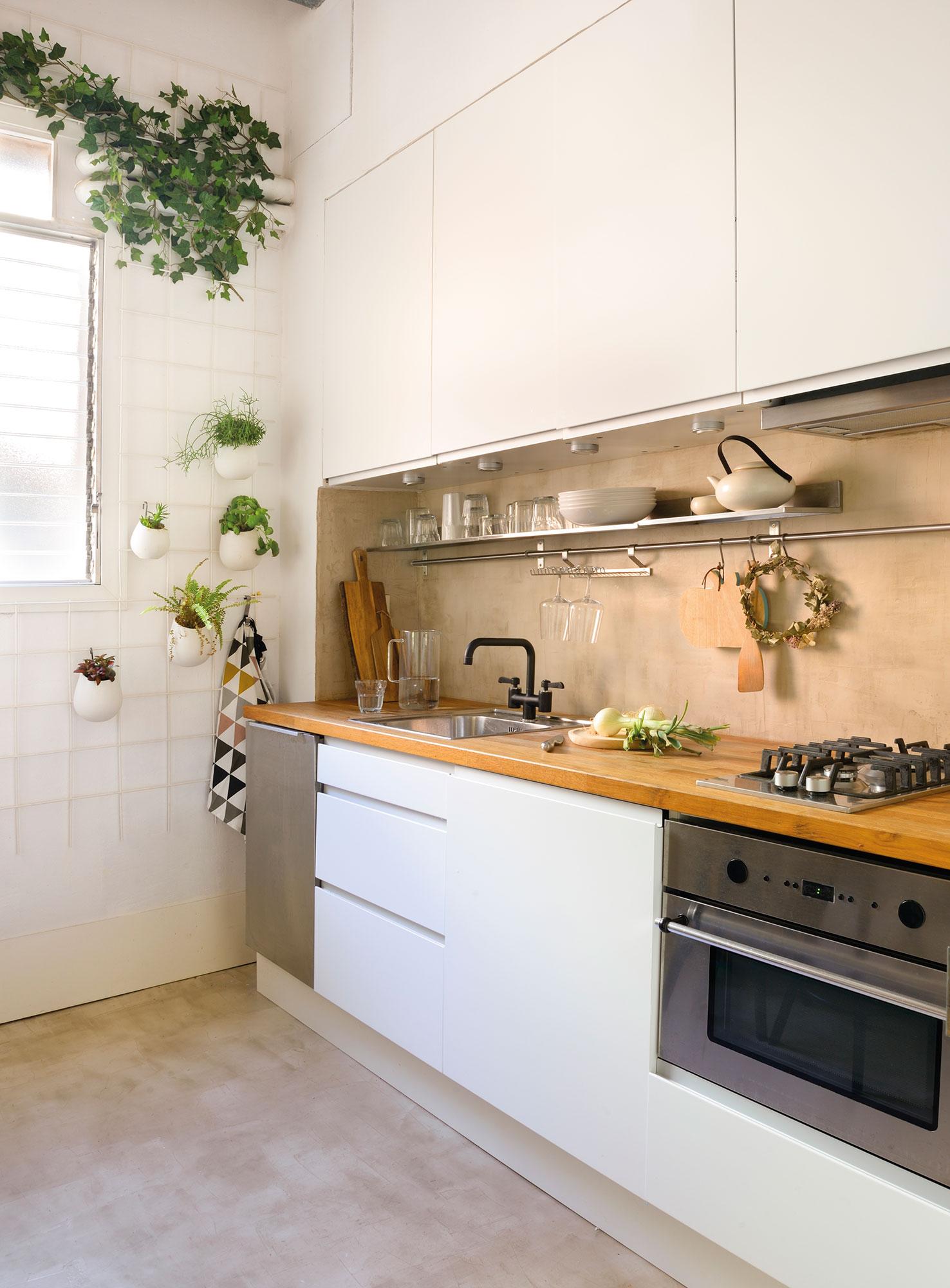 cocina con muebles en blanco encimera de madera y suelo de microcemento - Encimeras De Cocina Aglomerado