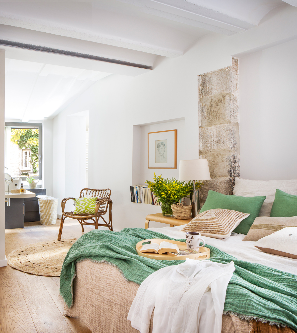 00436038 Dormitorio Con Baño En Suite, Con Techo De Bovedillas Blancas,  Pared Con Piedra Y Pintura Blanca Y Ropa De Cama En Verde