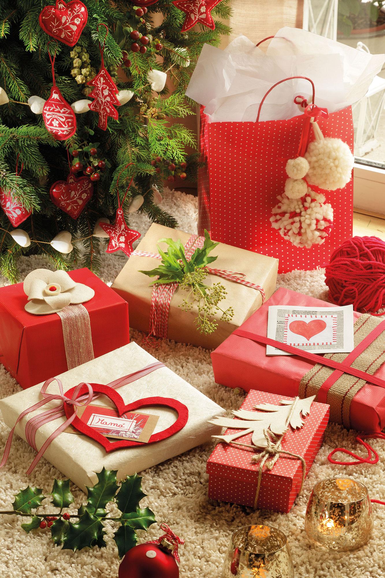 M s de 15 ideas para envolver los regalos por navidad - Arbol de navidad con regalos ...