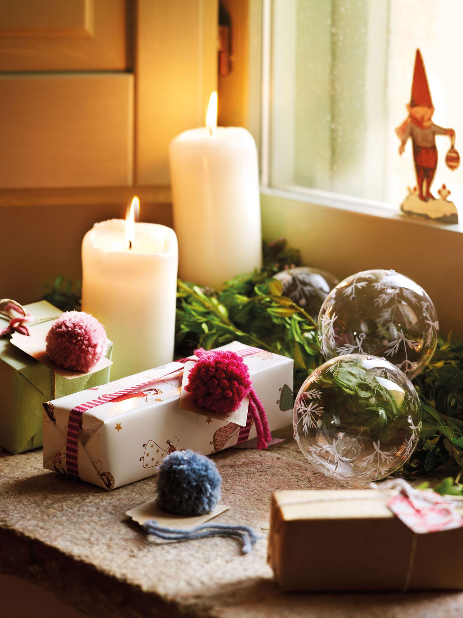 Detalle de regalos de Navidad decorados con pompones de lana