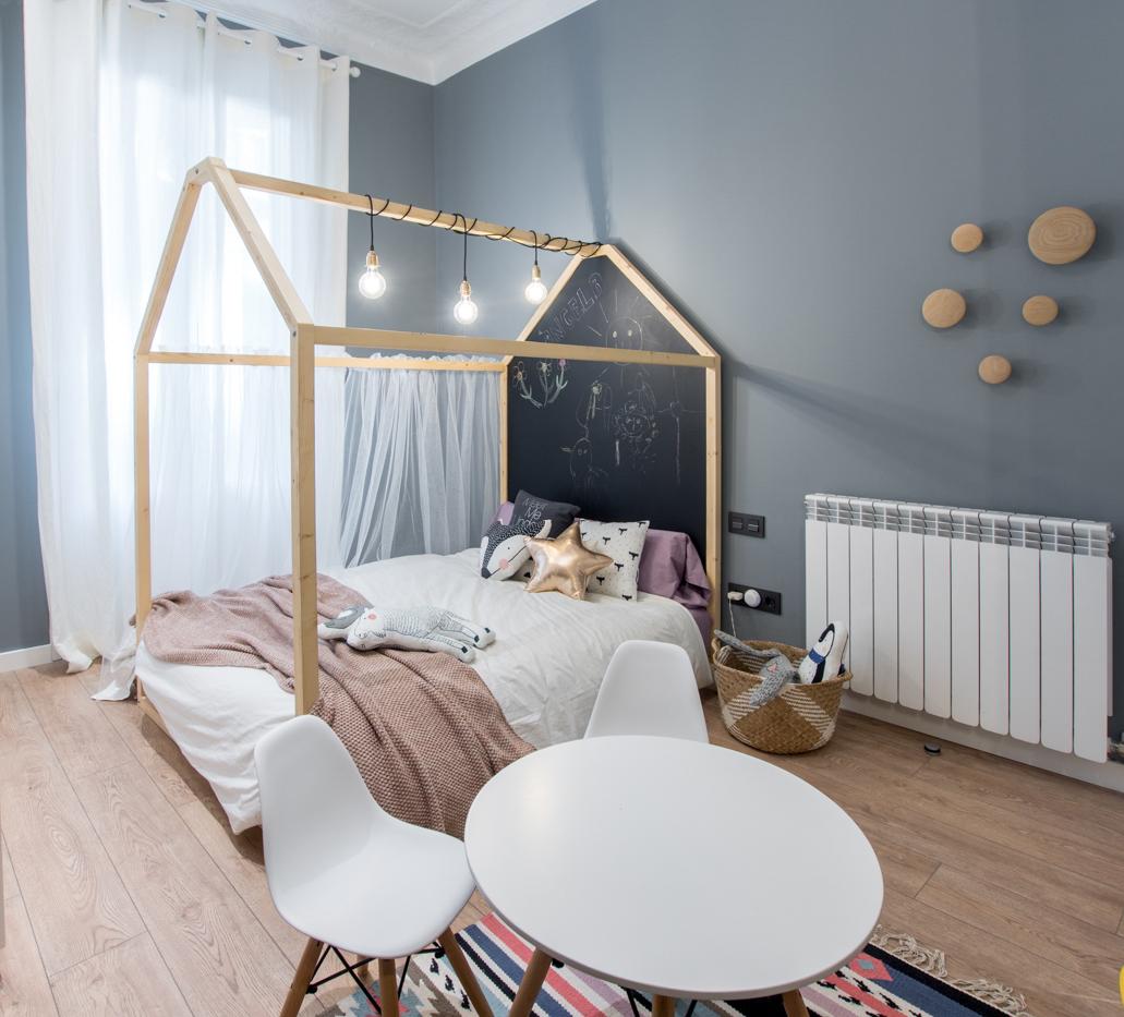 habitacin infantil con cama con dosel en forma de casa