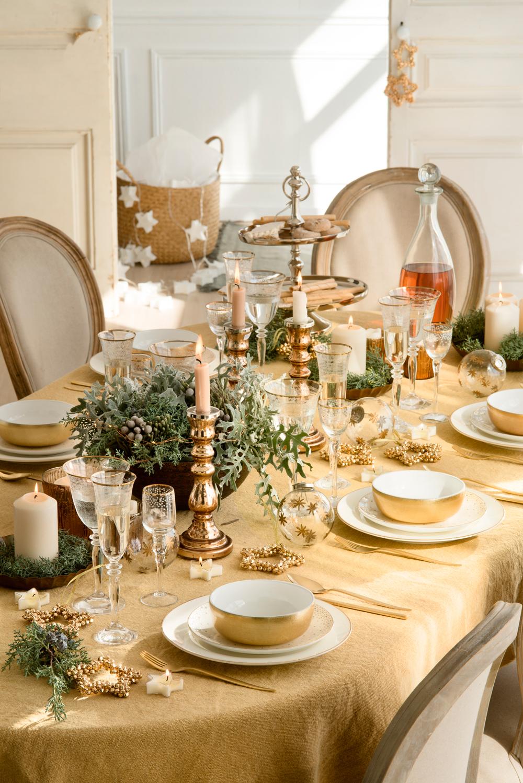 mesa de navidad decorada en tonos dorados