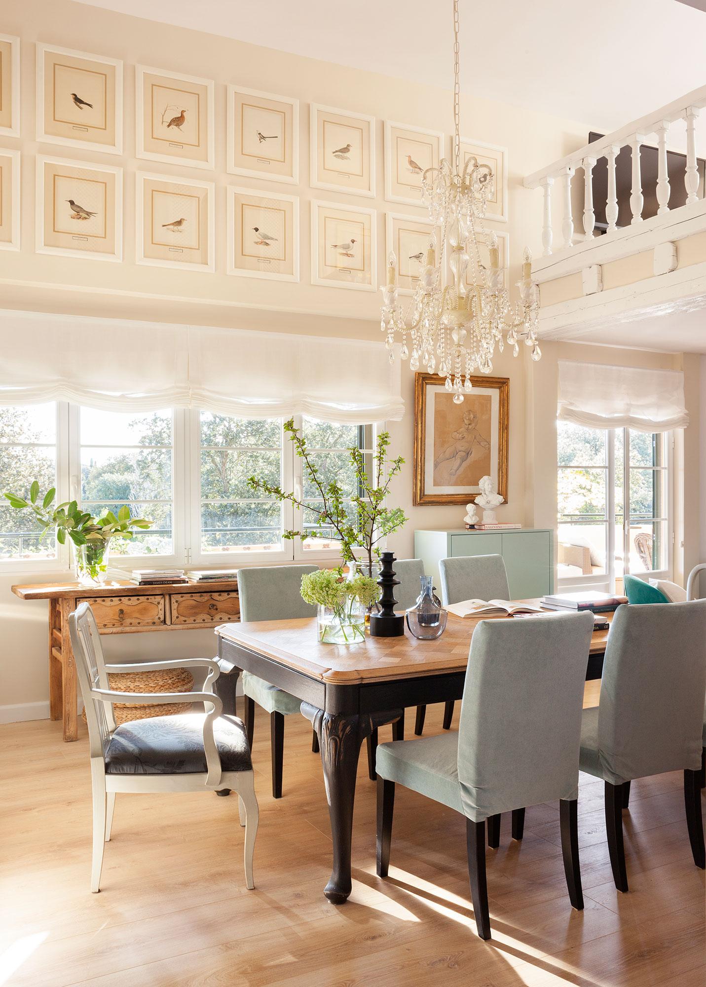 comedor con grandes ventanales y suelo de madera