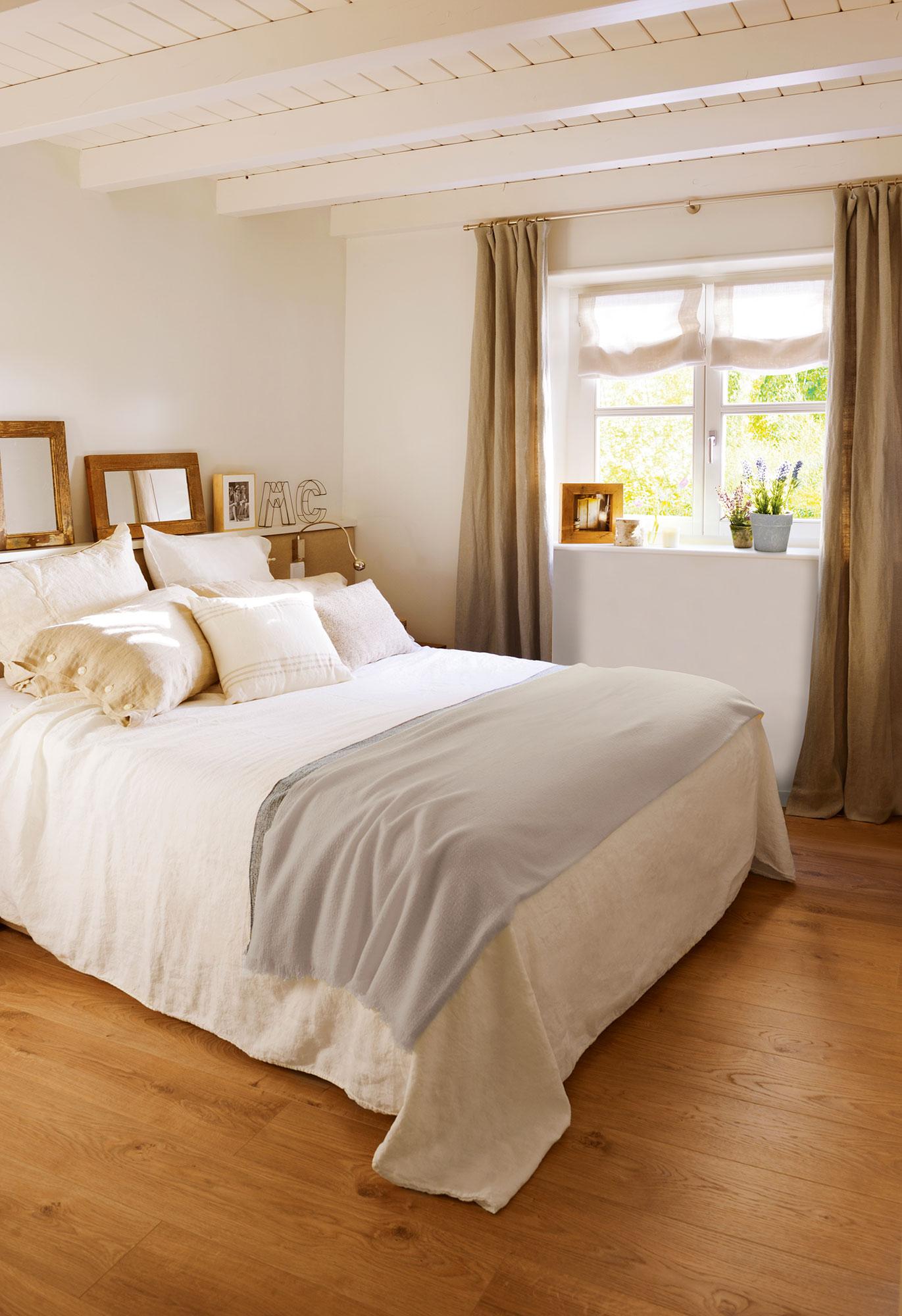 dormitorio en blanco con vigas de madera y suelo de madera