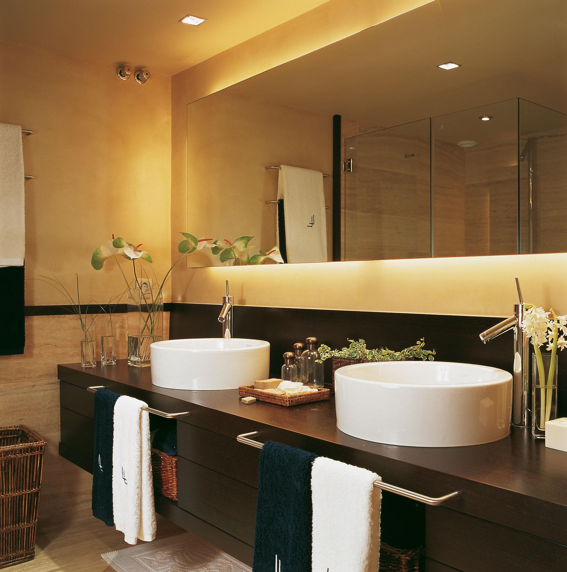 Renueva tu casa en solo una hora con estas ideas f ciles y econ micas - Espejo retroiluminado bano ...