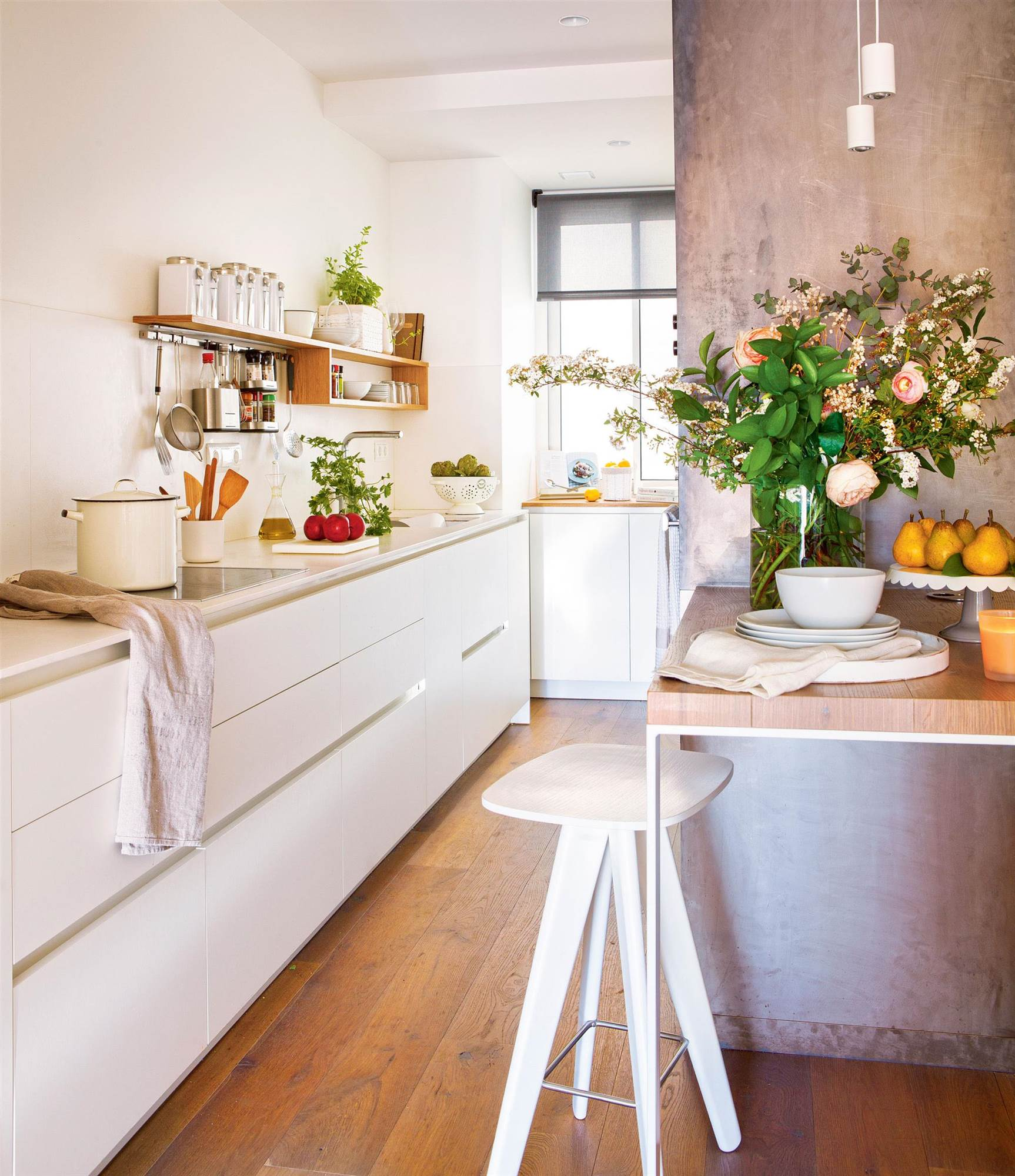 C mo tener un office en la cocina for Mesas de cocina de silestone
