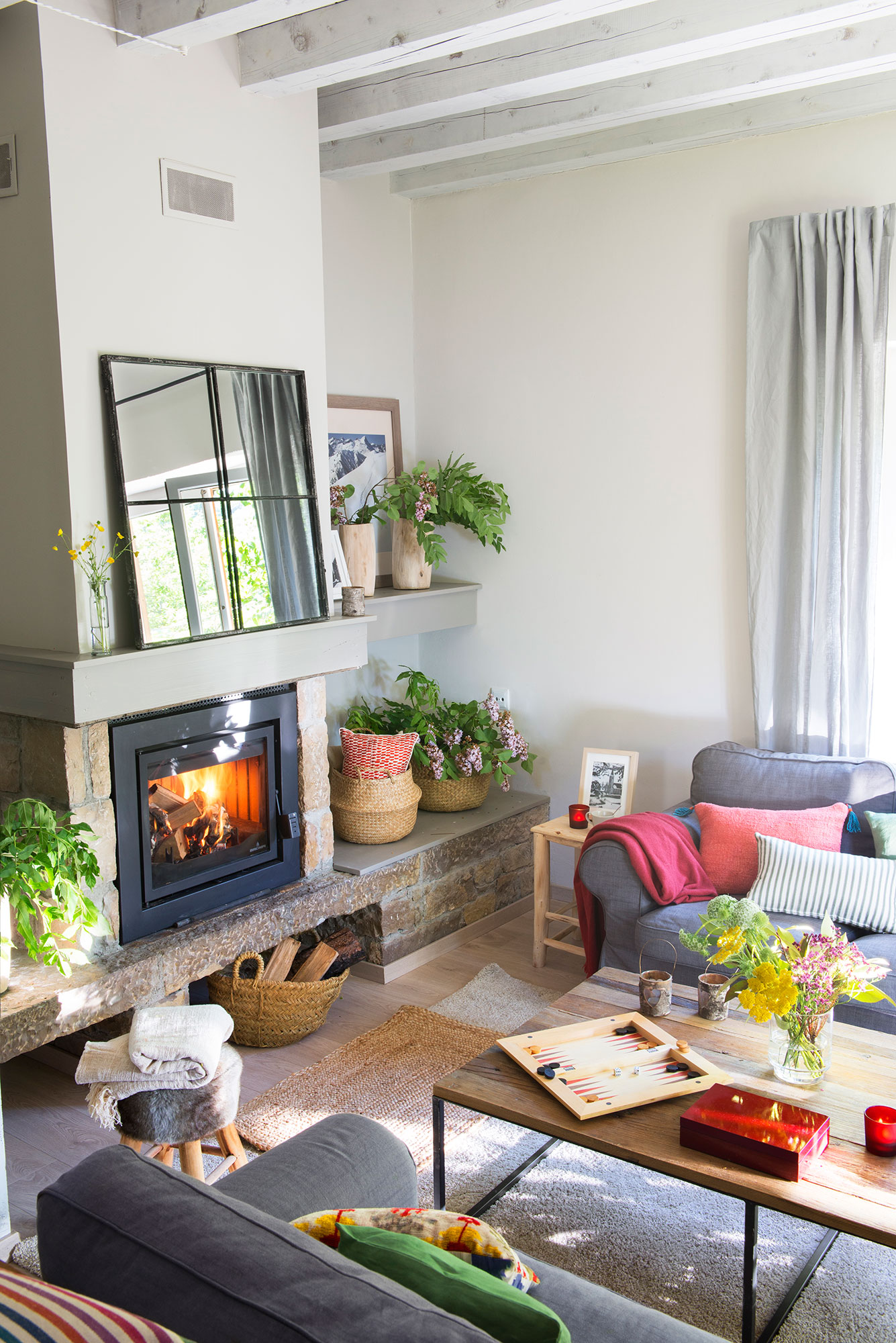 saln rstico actual con vigas pintadas en blanco grisceo y chimenea - Salones Rusticos Con Chimenea