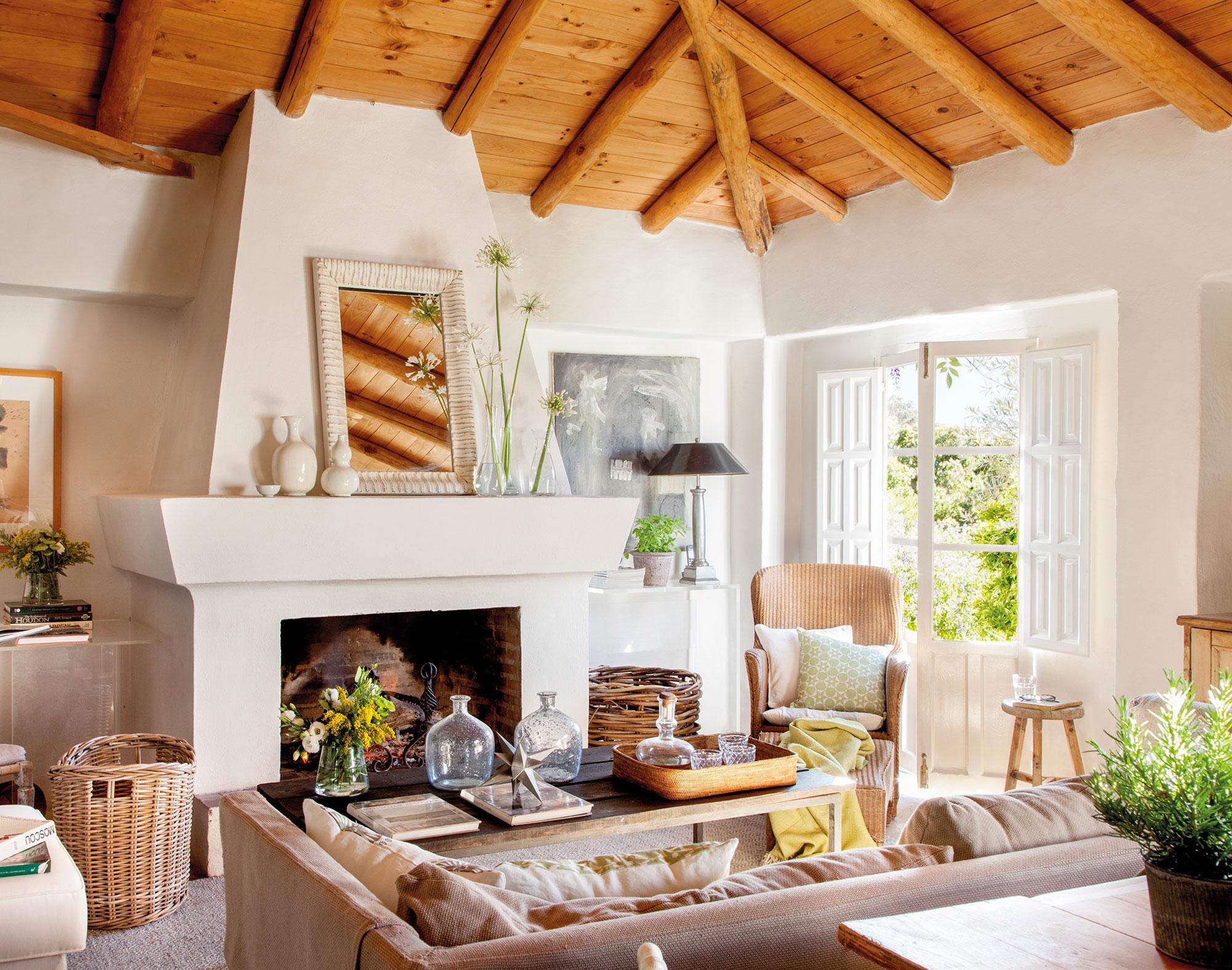15 salones r sticos c lidos y con muy buenas ideas - Madera para chimenea ...