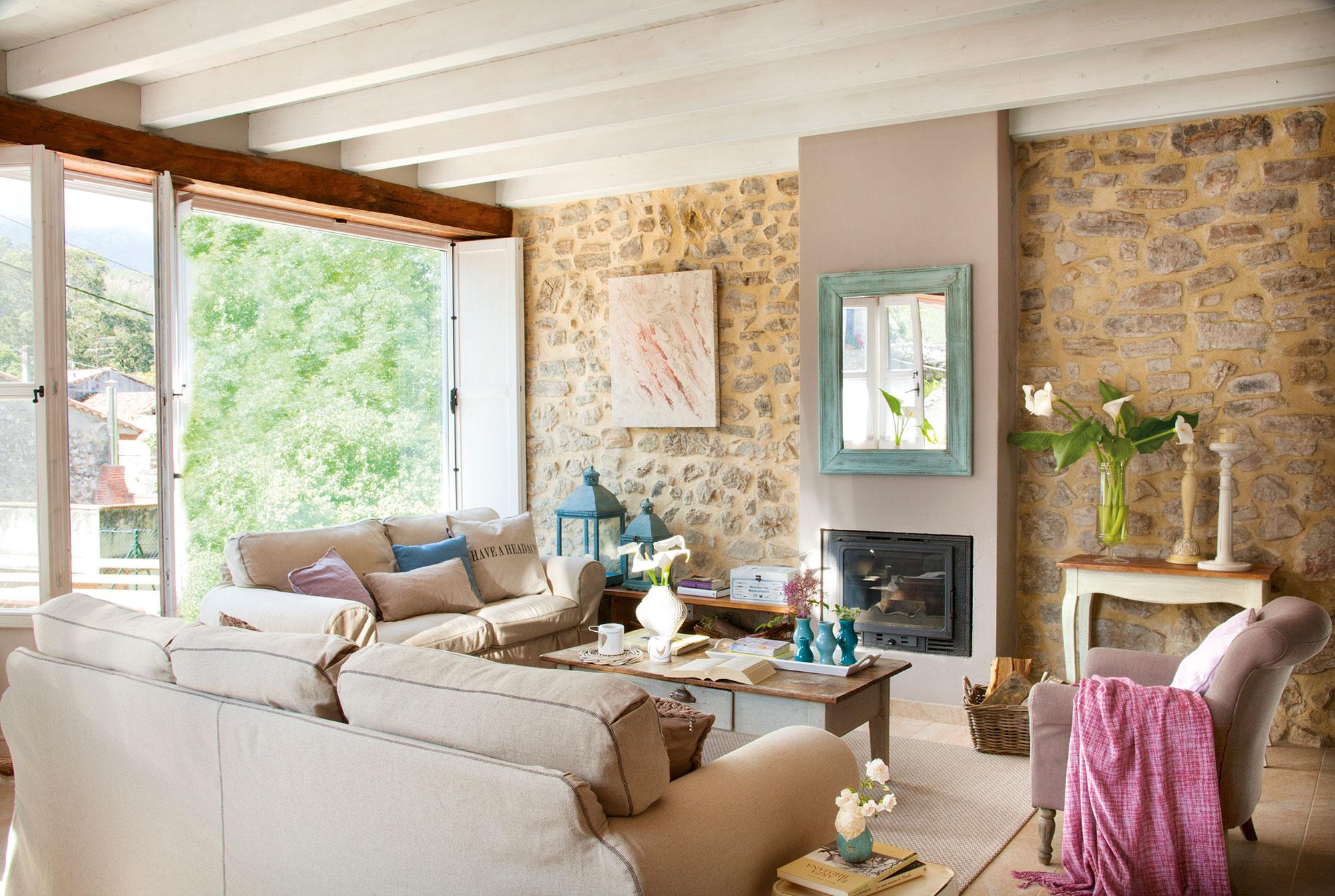 saln rstico con pared de piedra vigas en blanco y chimenea