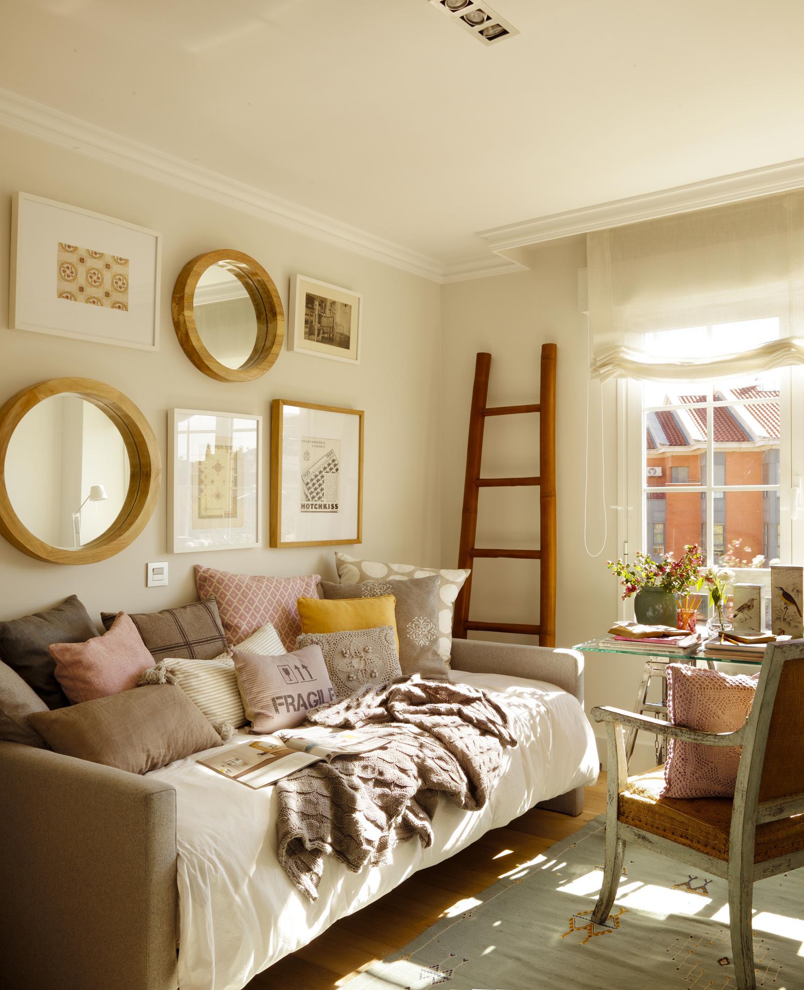00355551 O (Copy). sofa cama con cojines, espejos, escritorio y escalera
