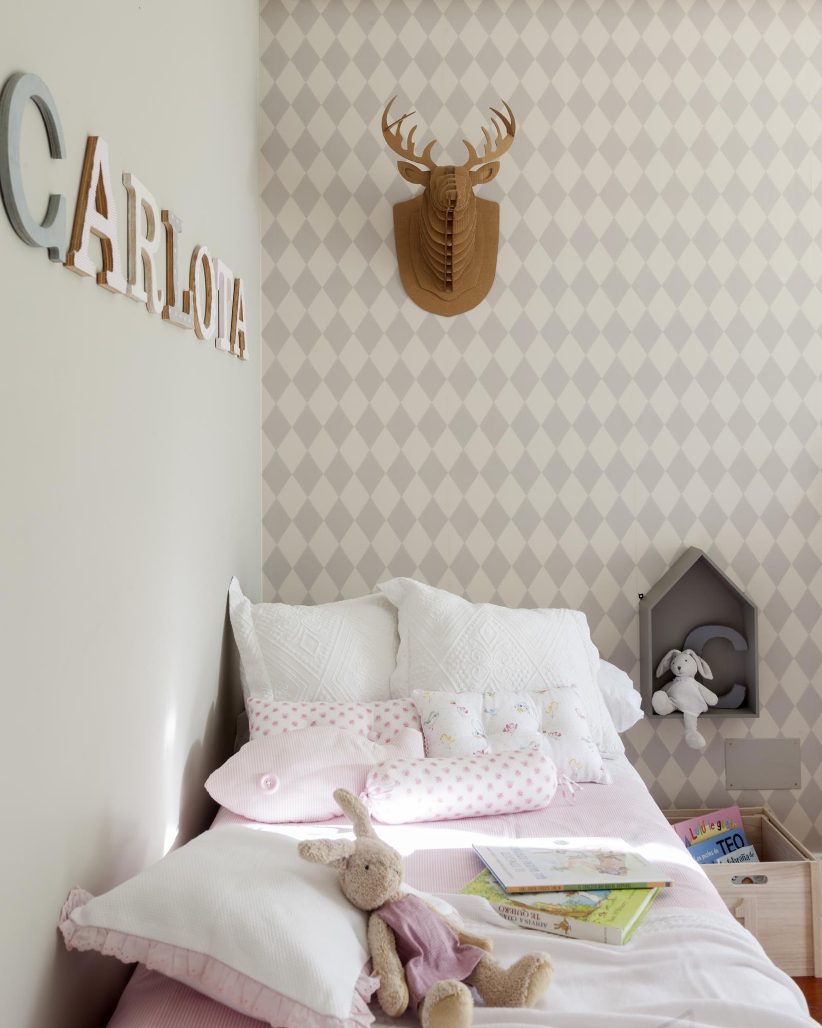 00433517 O (Copy). dormitorio infantil con papel pintado y cabeza de reno de carton