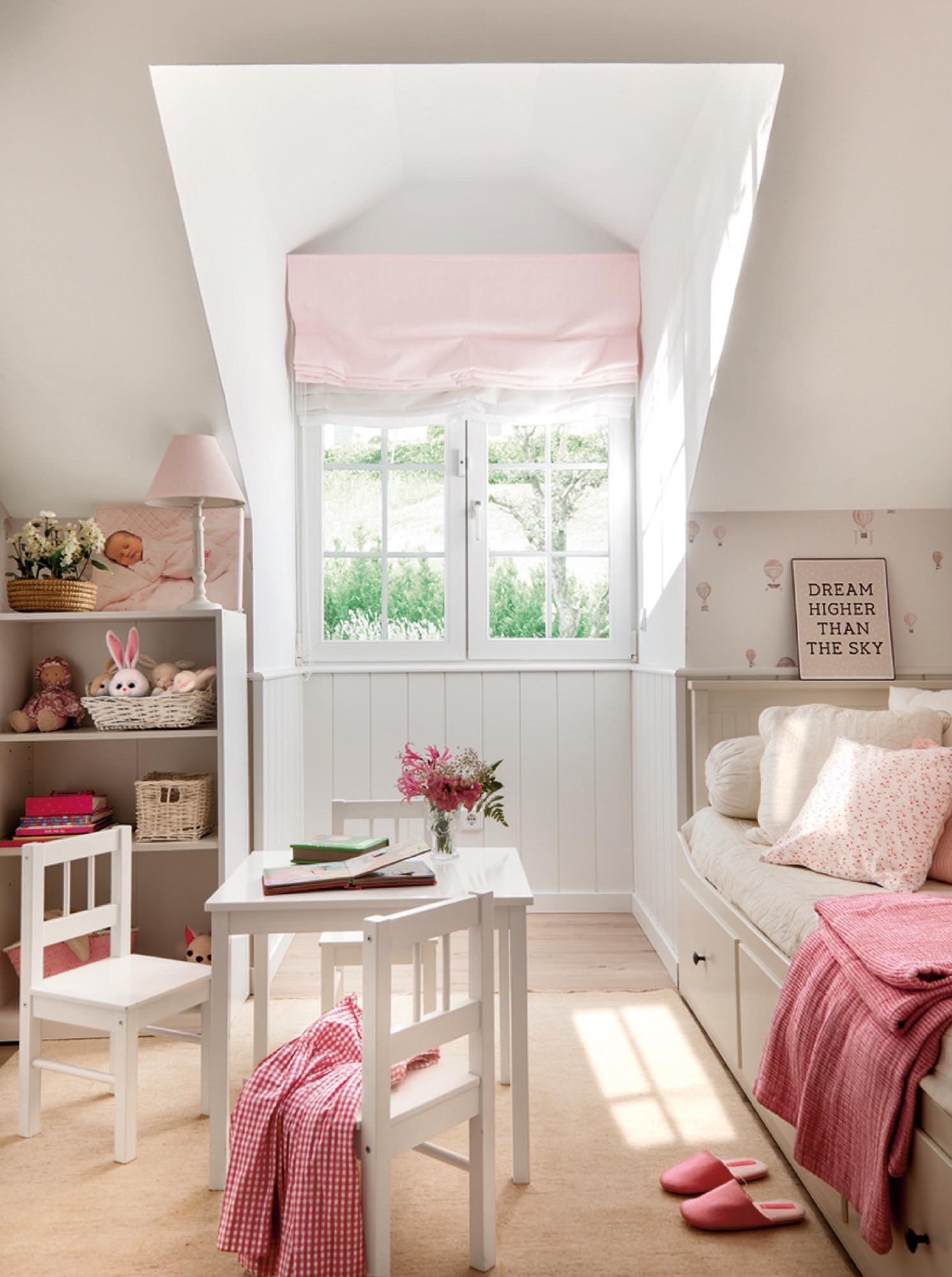 dormitorio infantil en rosa con mesita y estantería