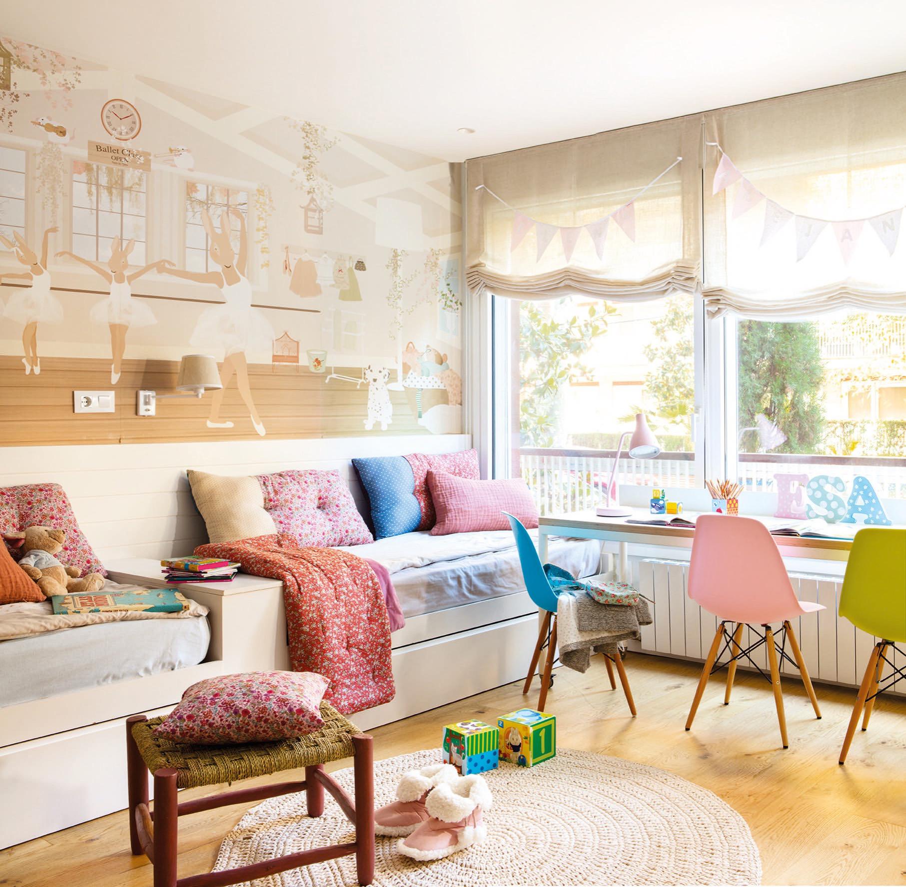 Un piso grande en barcelona para una familia numerosa for Papel pintado dormitorio principal