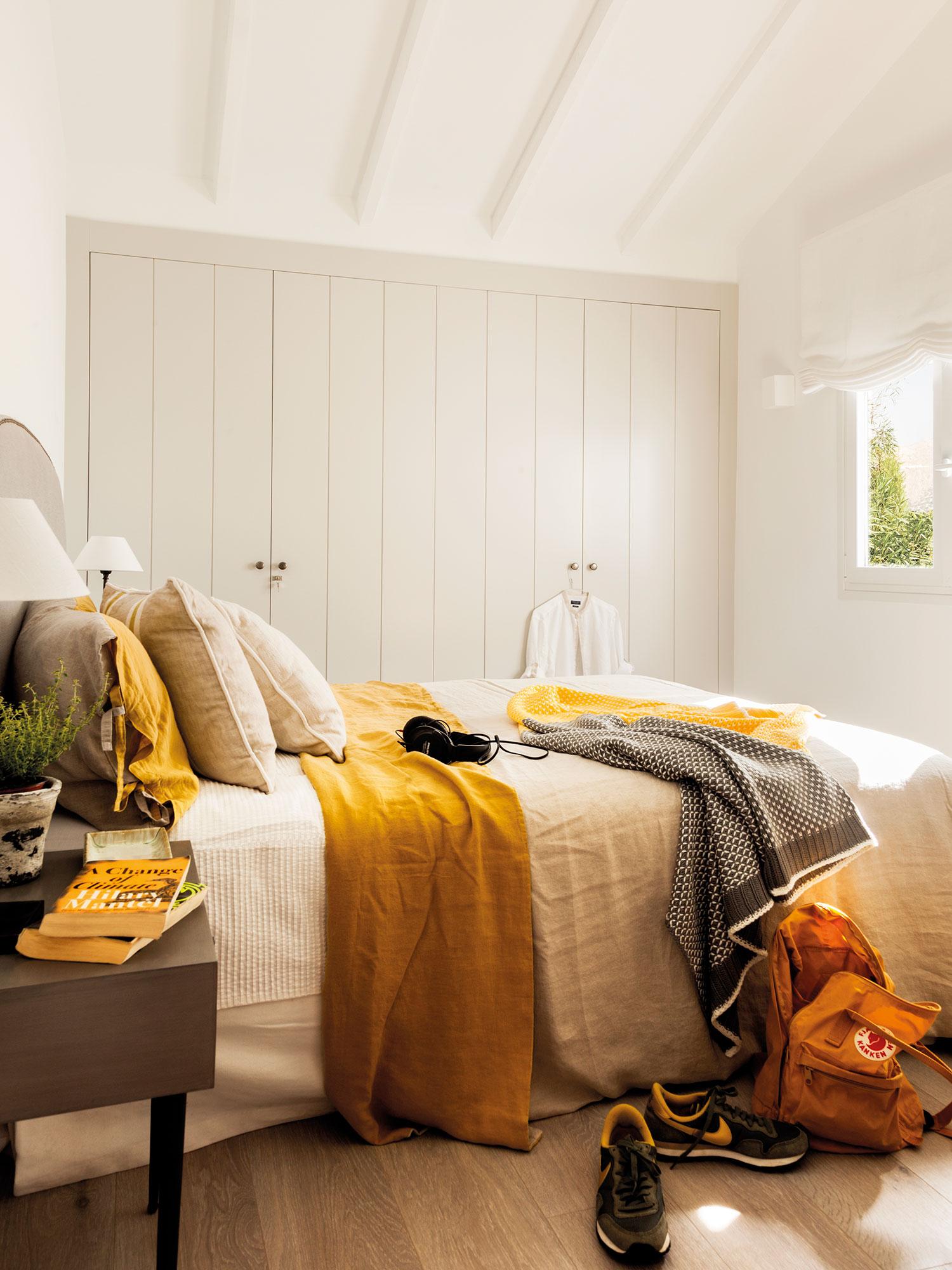 El mostaza est de moda buenas ideas para decorar con - Sofa para habitacion ...