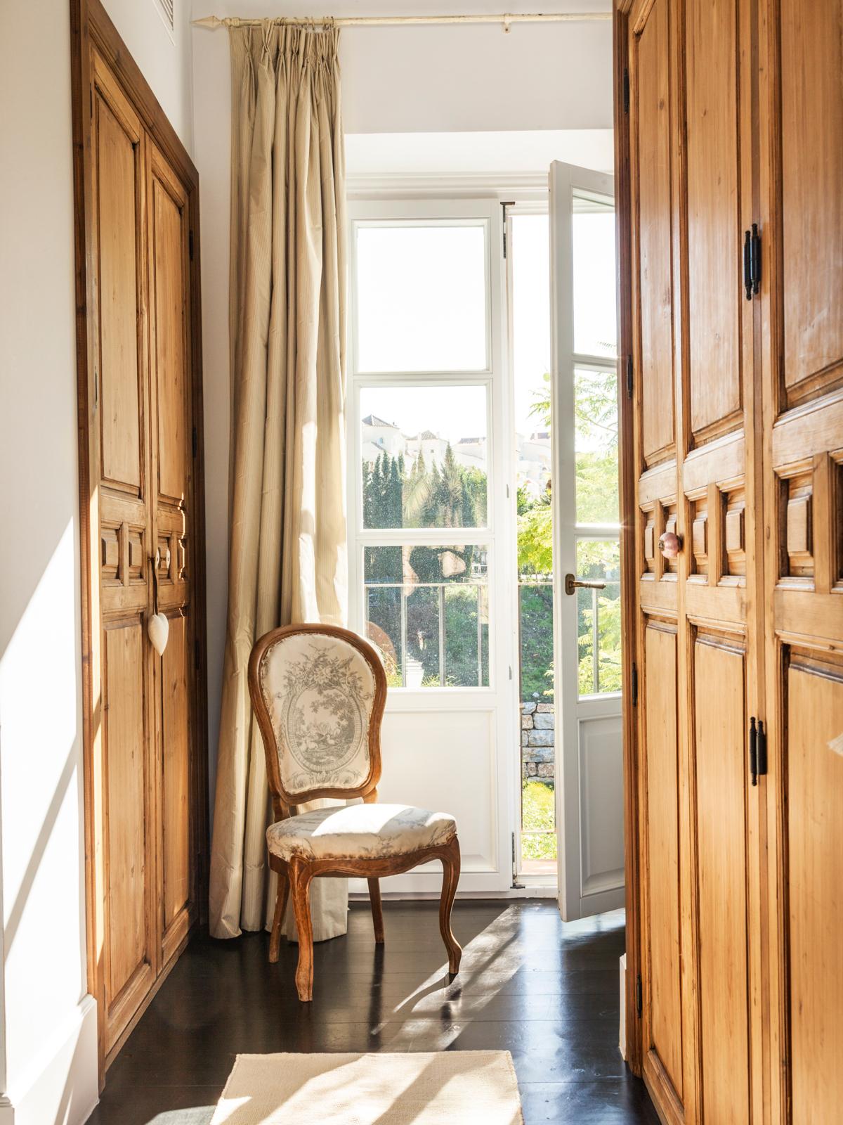 76def7026d16 Vestidor con puertas de madera antiguas, silla y ventana (00424488).  Vestidor.
