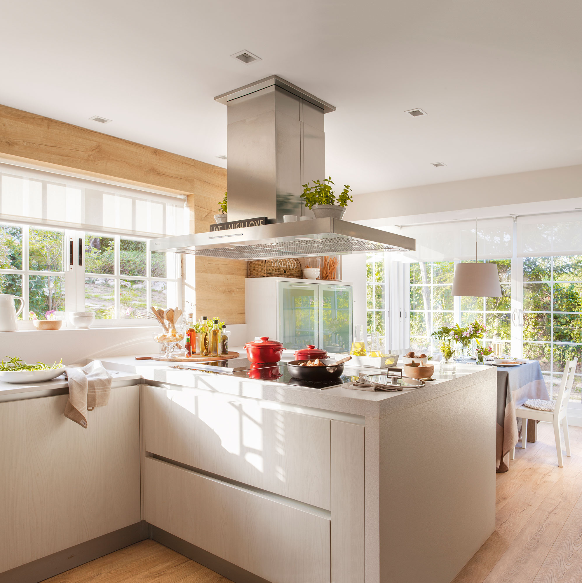Cocina con muebles en blanco i península que separa del office. Para  grandes anfitriones c9fed553da18