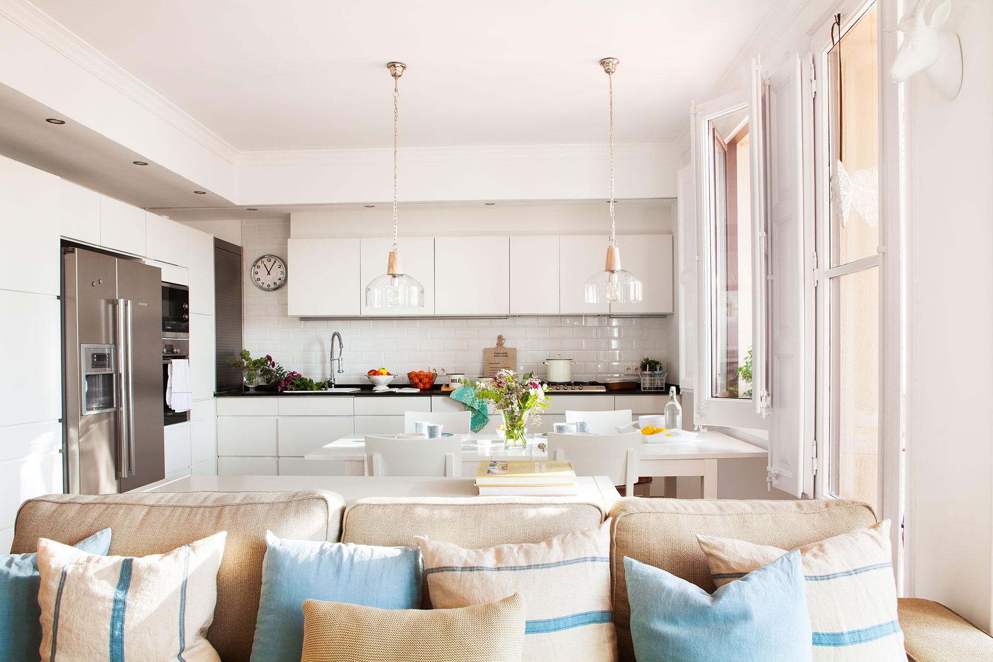 Cocinas pr cticas para cada tipo de necesidad y familia - Cocina salon comedor ...