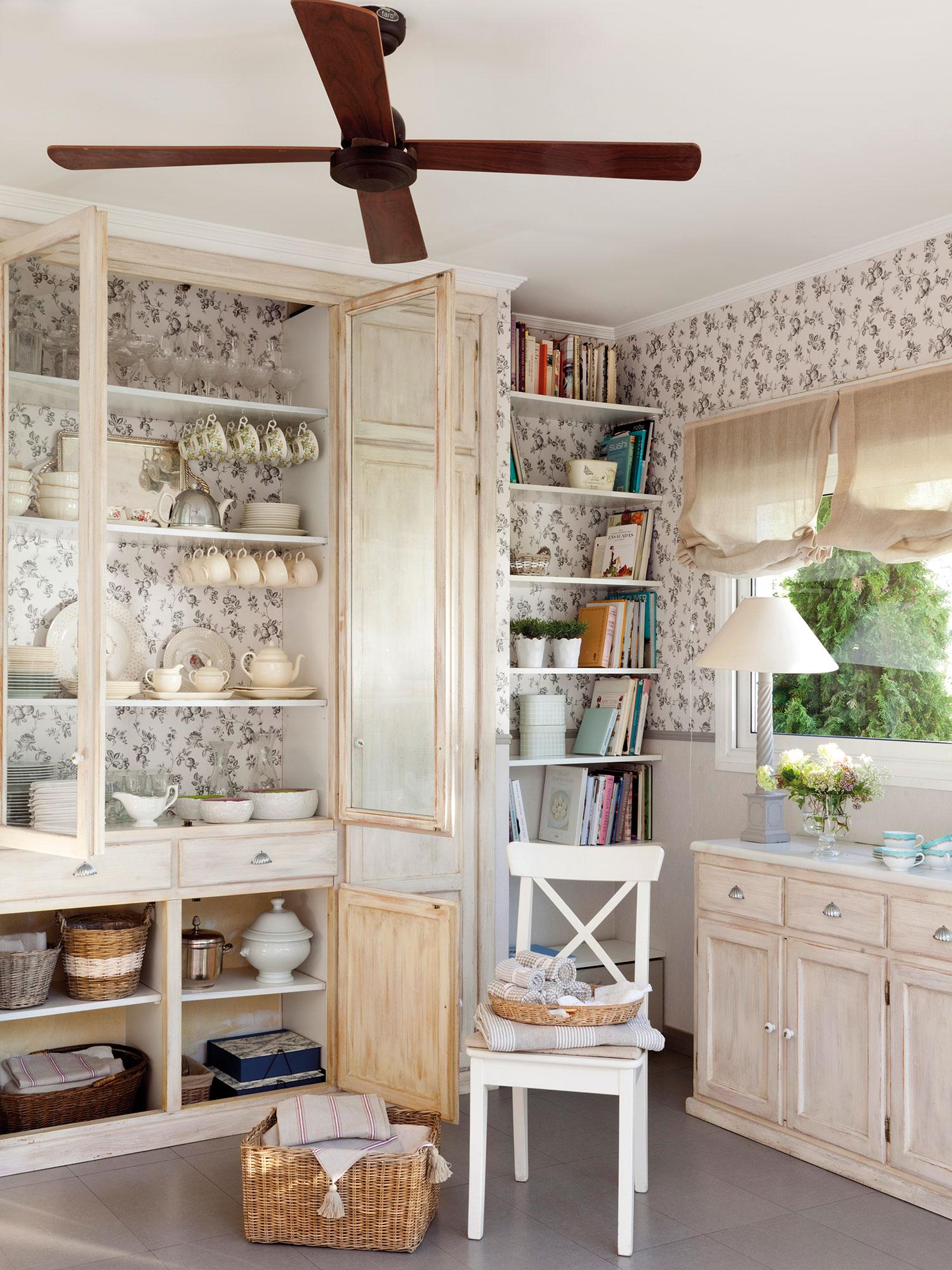 Office con papel pintado y aire provenzal con alacena y estantería para  libros. A medida f06beb7eefb5