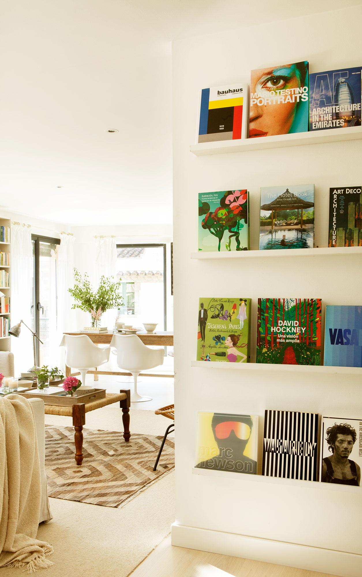 Rincón del salón con estantes blancos a modo de librería. Para exhibir tu  colección c2e3b489f93f