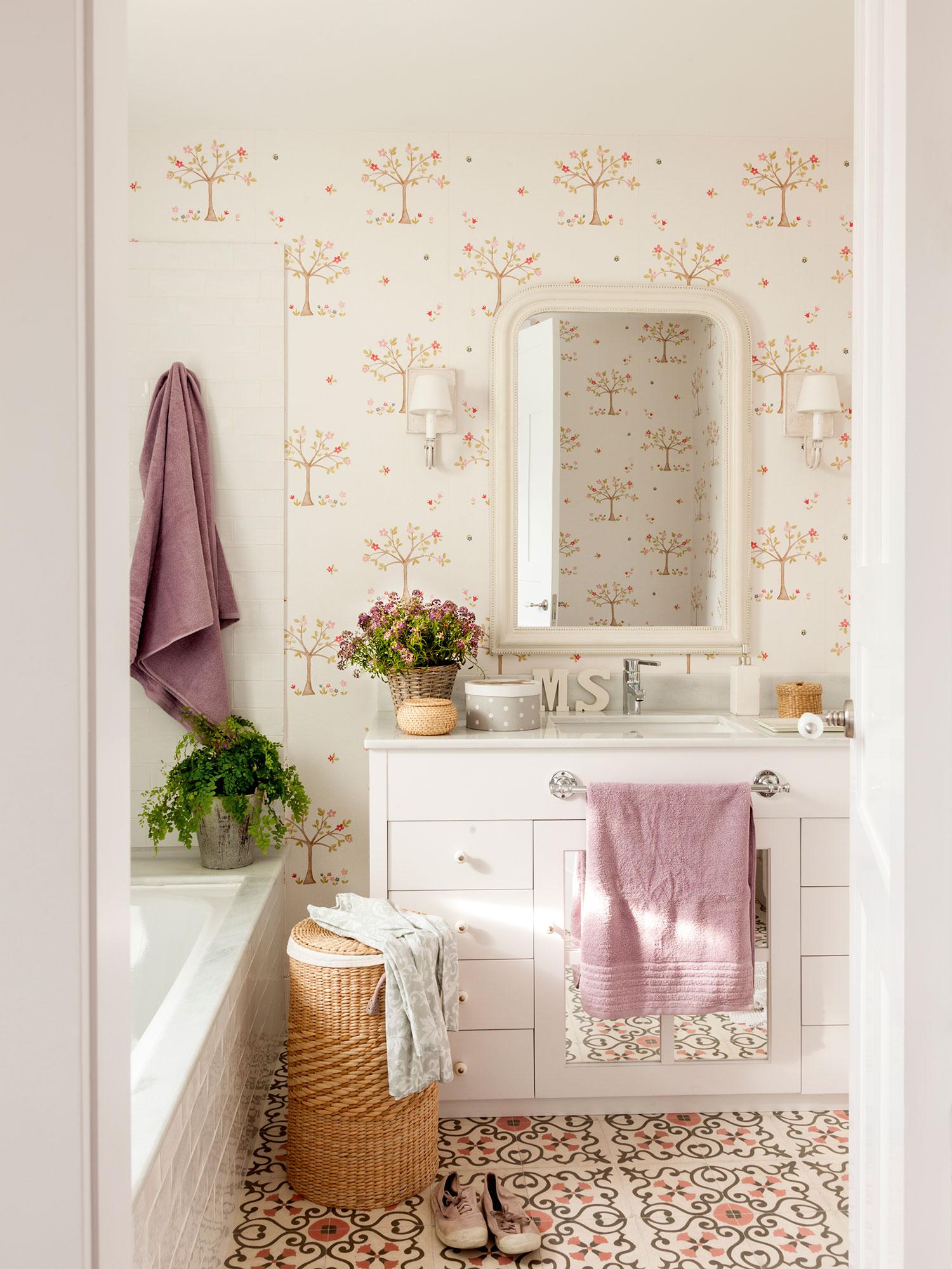 Baño con papel pintado con arbolitos en marrón y rosa. Y para el baño... ¡me pido papel pintado!