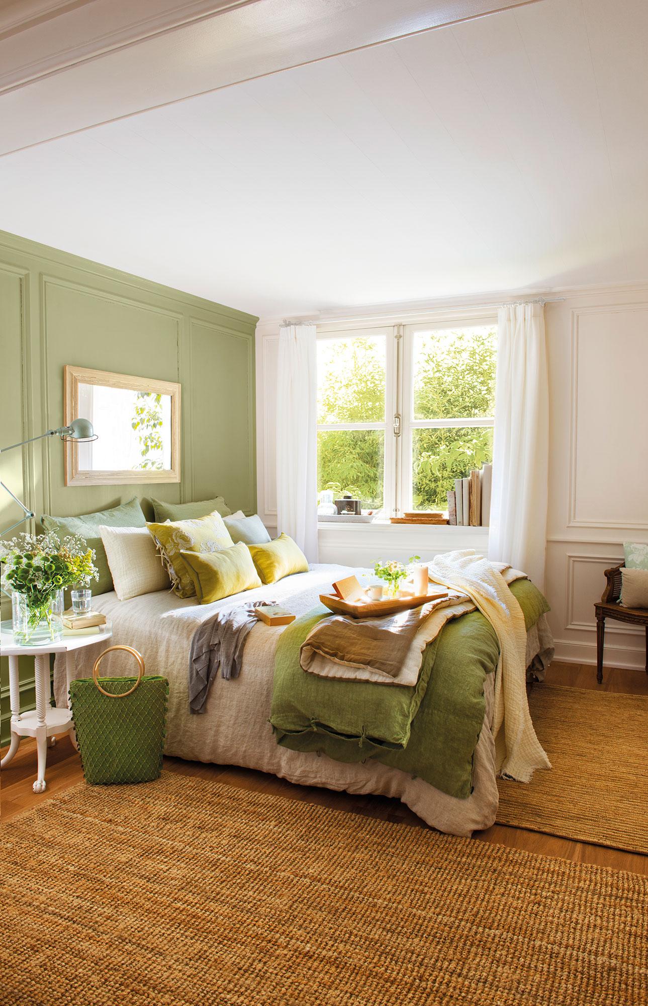 Dormitorio con pared del cabecero en verde. Decora con pintura