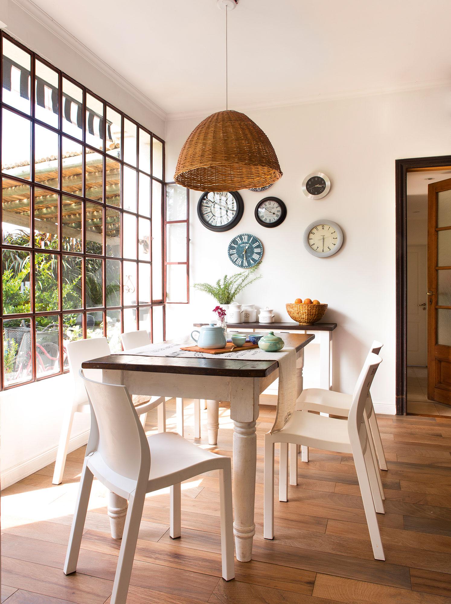 Office con gran ventana acristalada al jardín y composición de relojes. ¿Con alma de coleccionista?