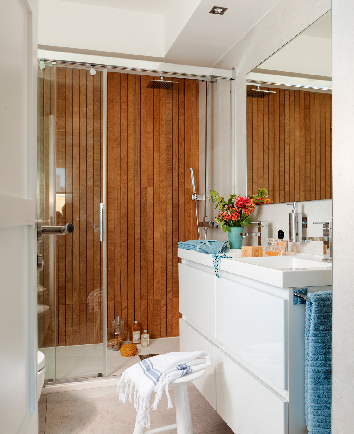 Muebles perfectos para ba os peque os for Revestimiento pared imitacion madera
