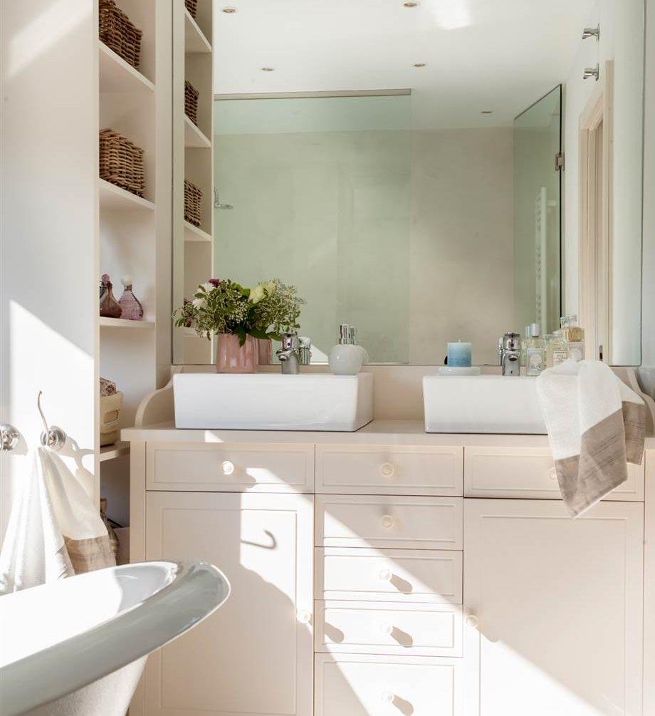 Estanterías Para Baños Pequenos: de madera blanca, estanterías y doble lavamanos de superficie